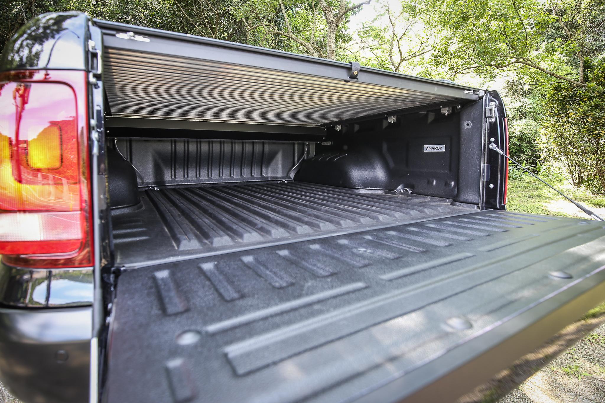 入主 Amarok V6 Black Edition 即隨車附贈防盜、防塵且美觀實用兼備的黑色捲簾式車斗蓋。