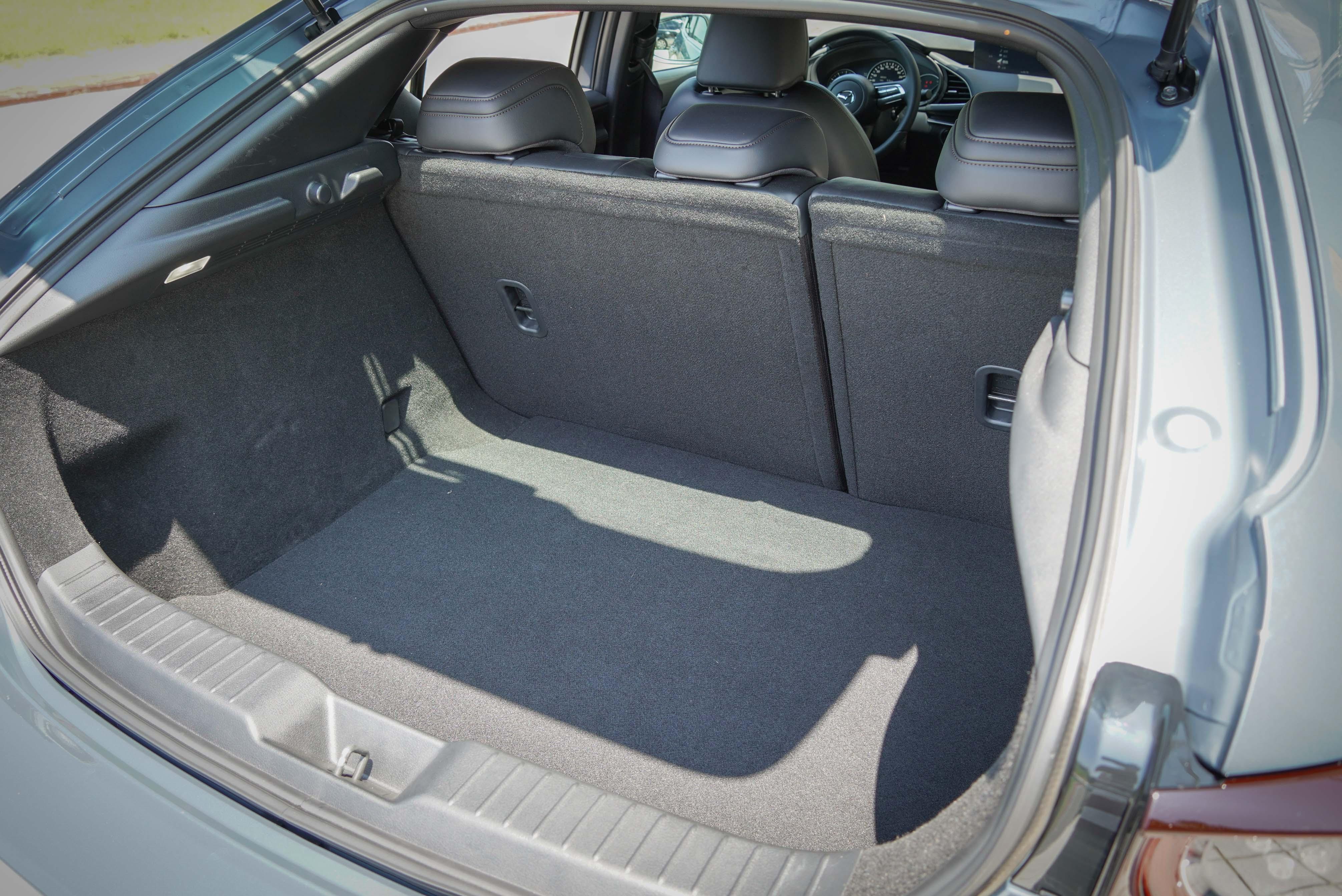 Mazda3 5D 行李廂基本容積為 327 公升、4D 為 444 公升。