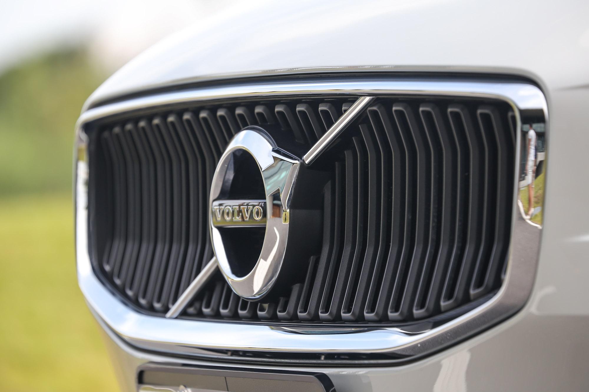 T4 Momentum 車型搭配專屬亮黑直式水箱護罩。