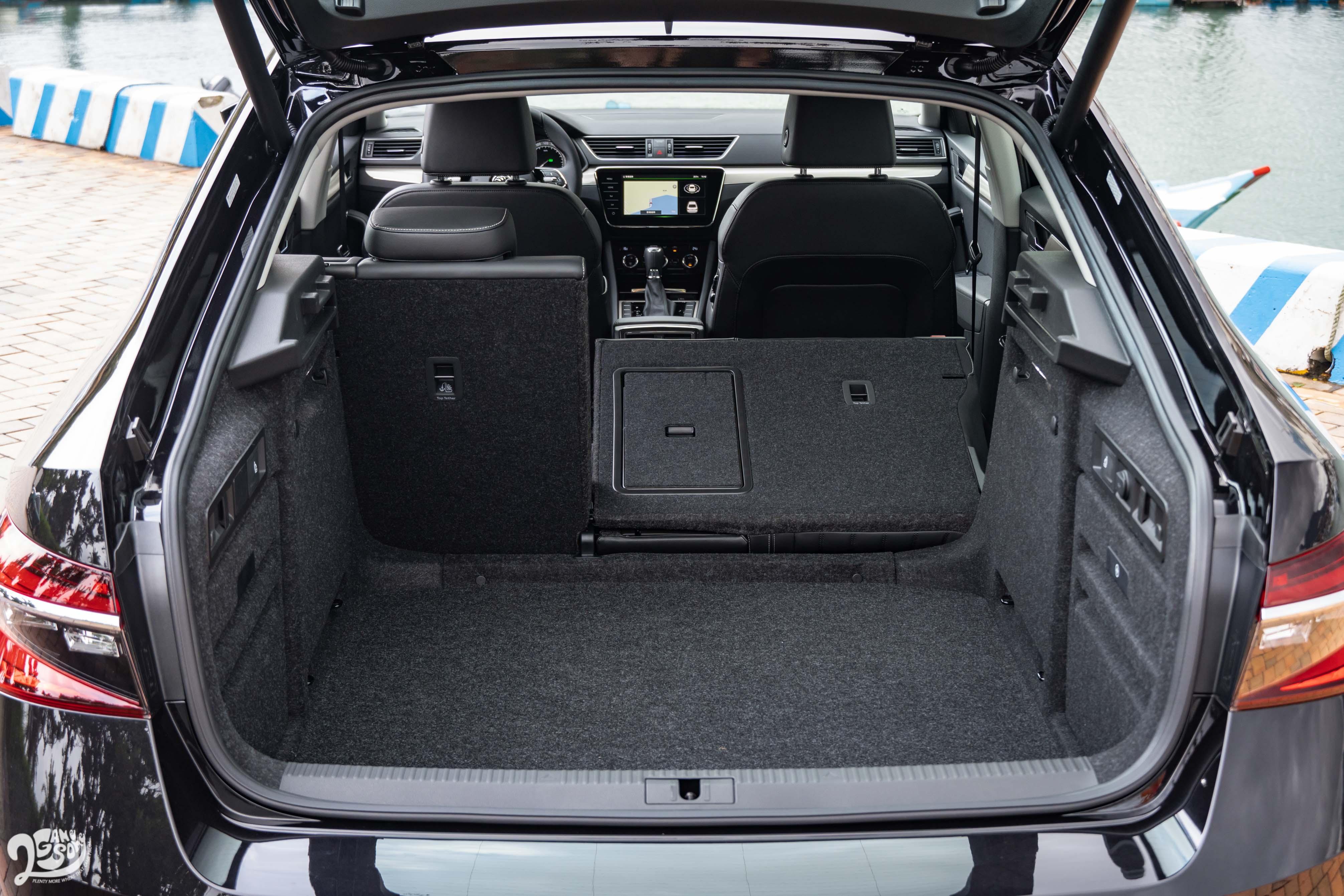 Škoda Superb 行李廂基本容積為 625 公升,並提供 6/4 椅背分離傾倒。