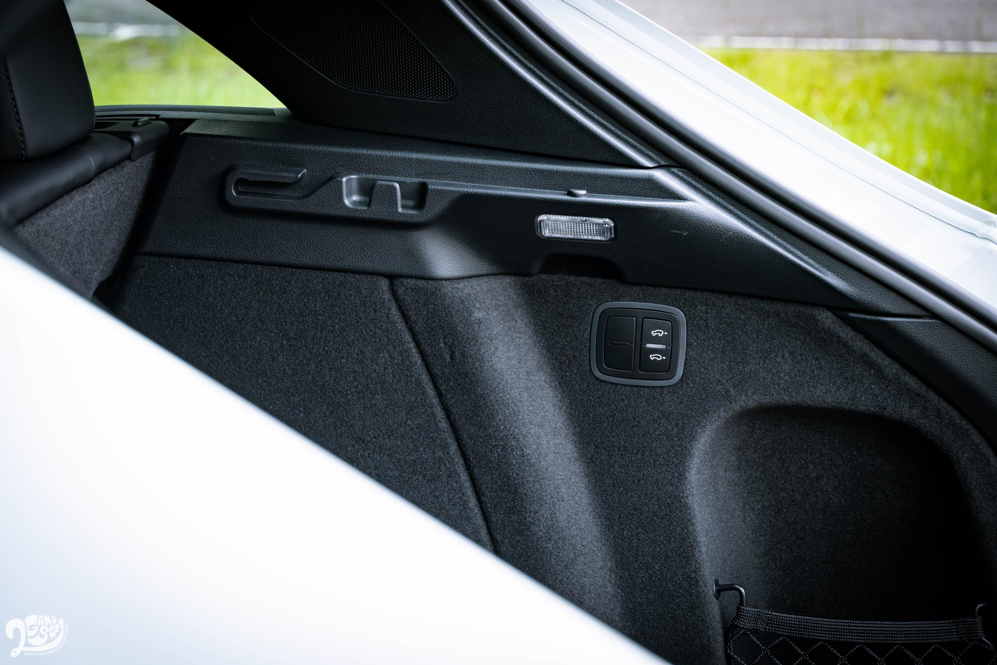 若選配氣壓懸載系統,行李廂提供車尾高度調整功能,方便上下貨。