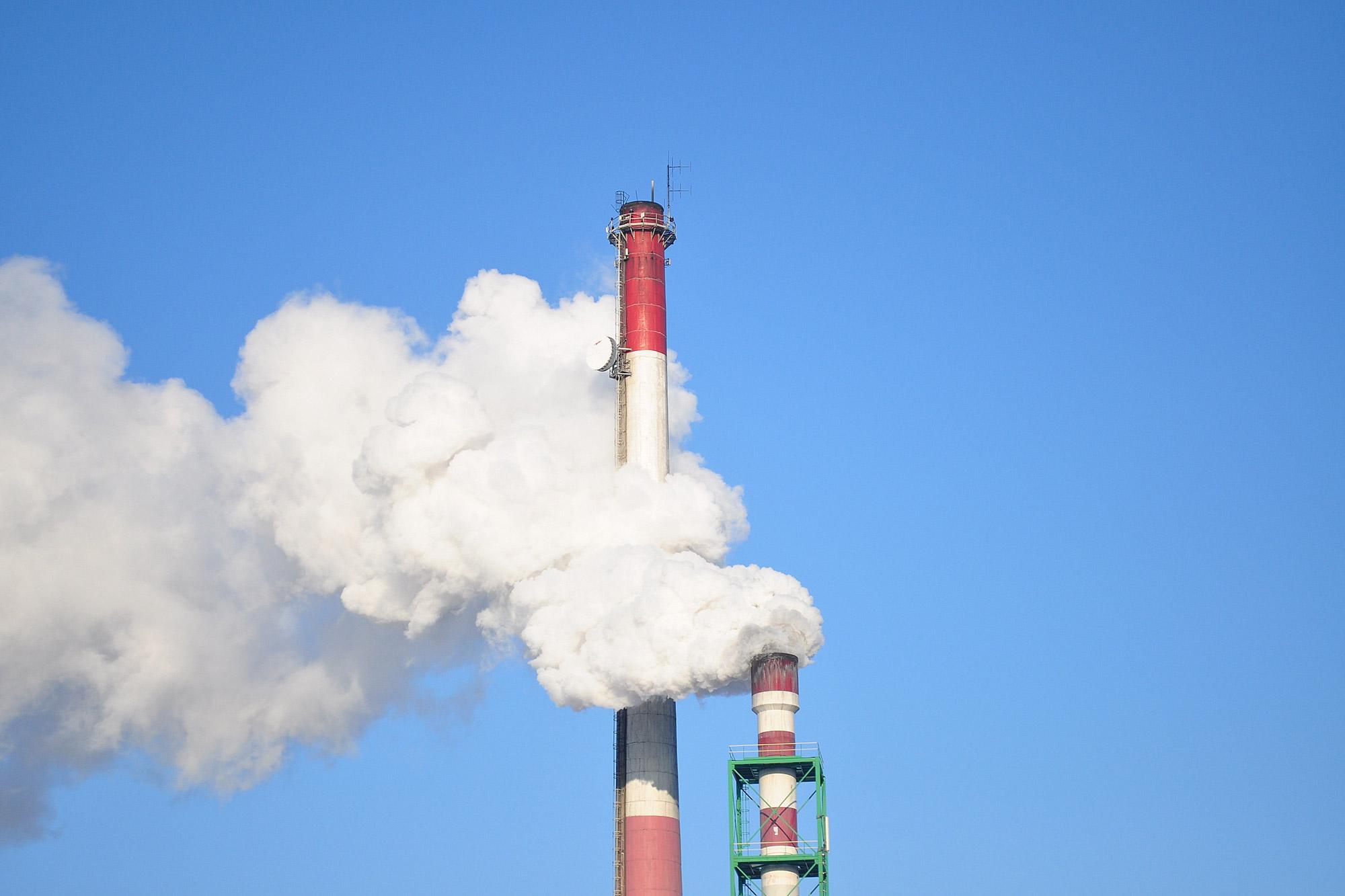 工業與發電廠的固定污染源,相較於體積較小的汽車,要更容易裝設污染監測以及減排設備。