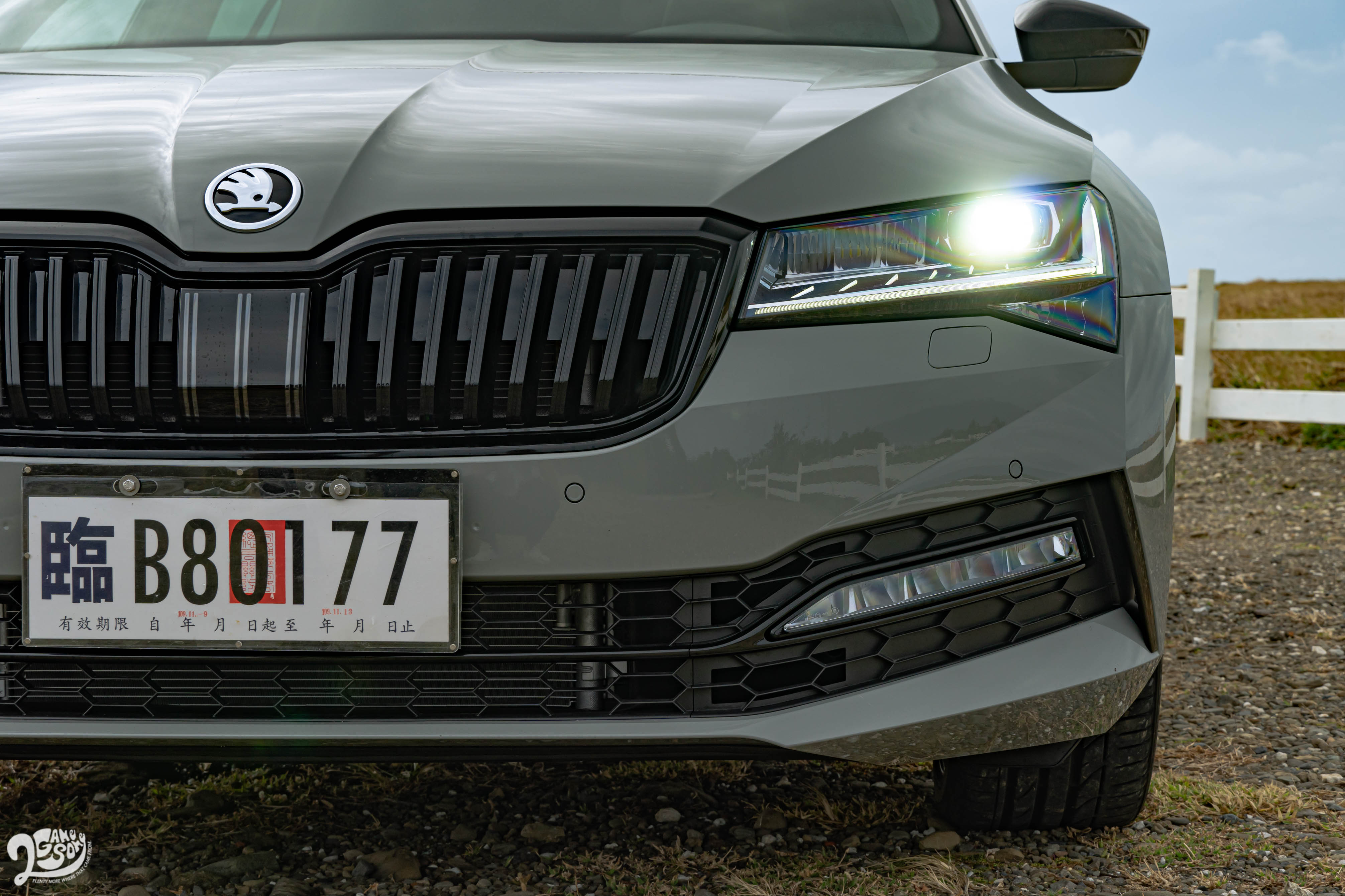 Matrix LED 智慧蜂巢式前保桿複眼頭燈組在年底前全車系都免費升級。