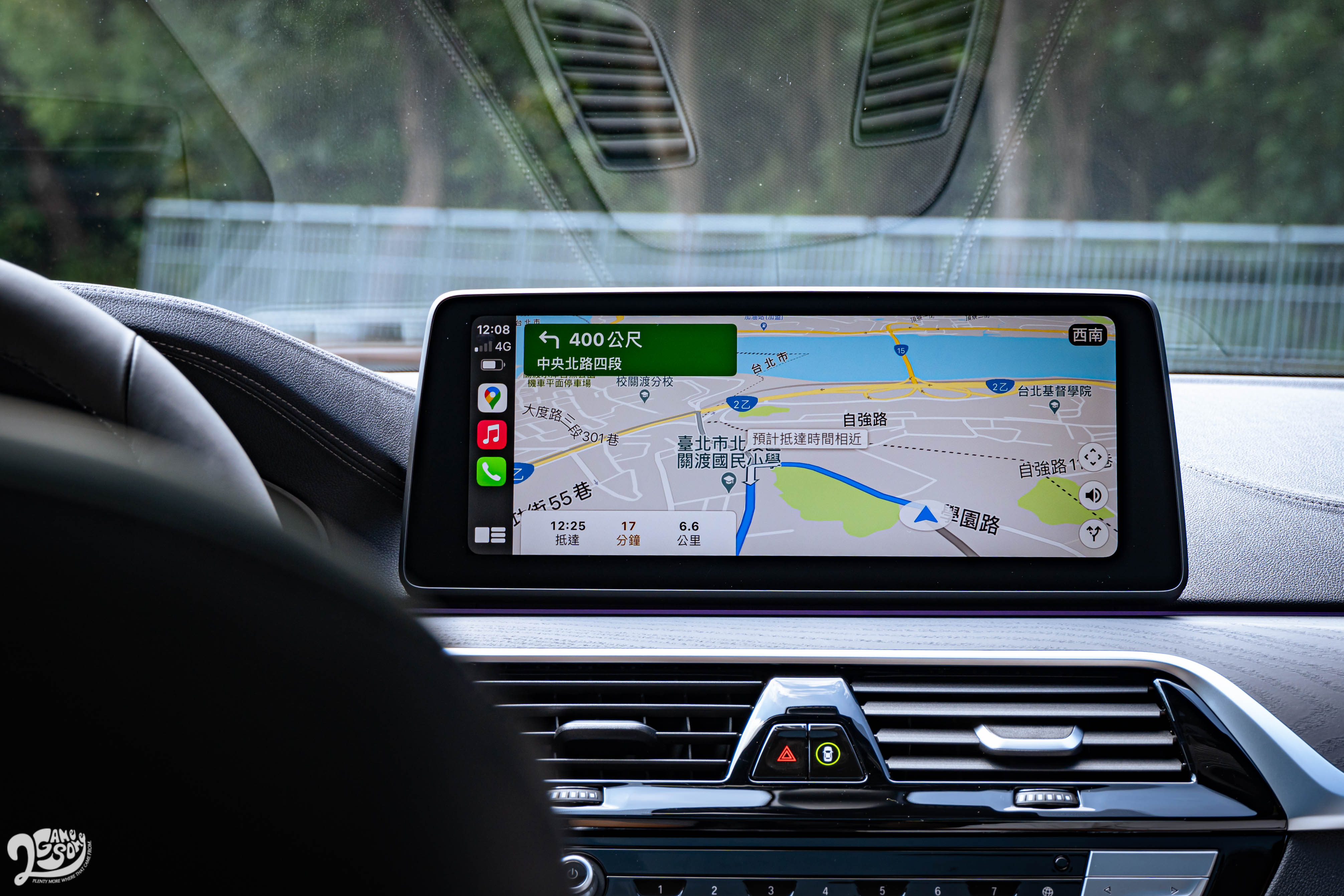 12.3 吋觸控中央螢幕支援無線 Apple CarPlay。