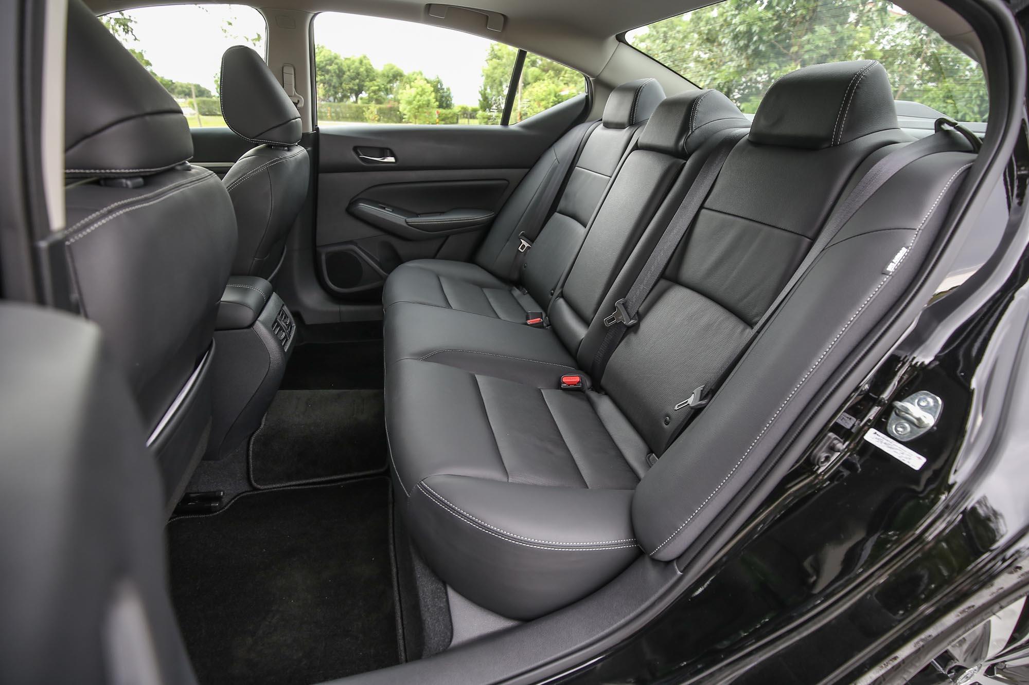 雖為前驅車款,後座底板依然有中央隆起,想必是因為北美市場提供四輪傳動版本。