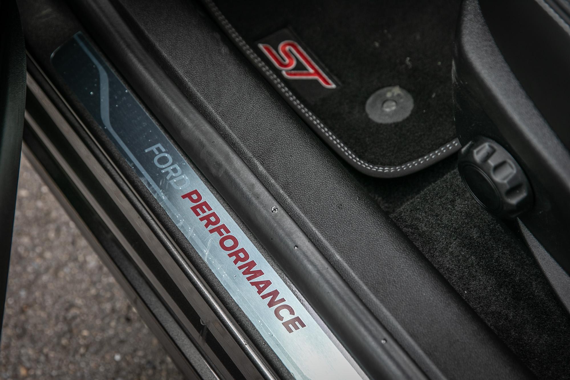 打開門專屬的金屬飾板與印有 ST 字樣的腳踏墊。