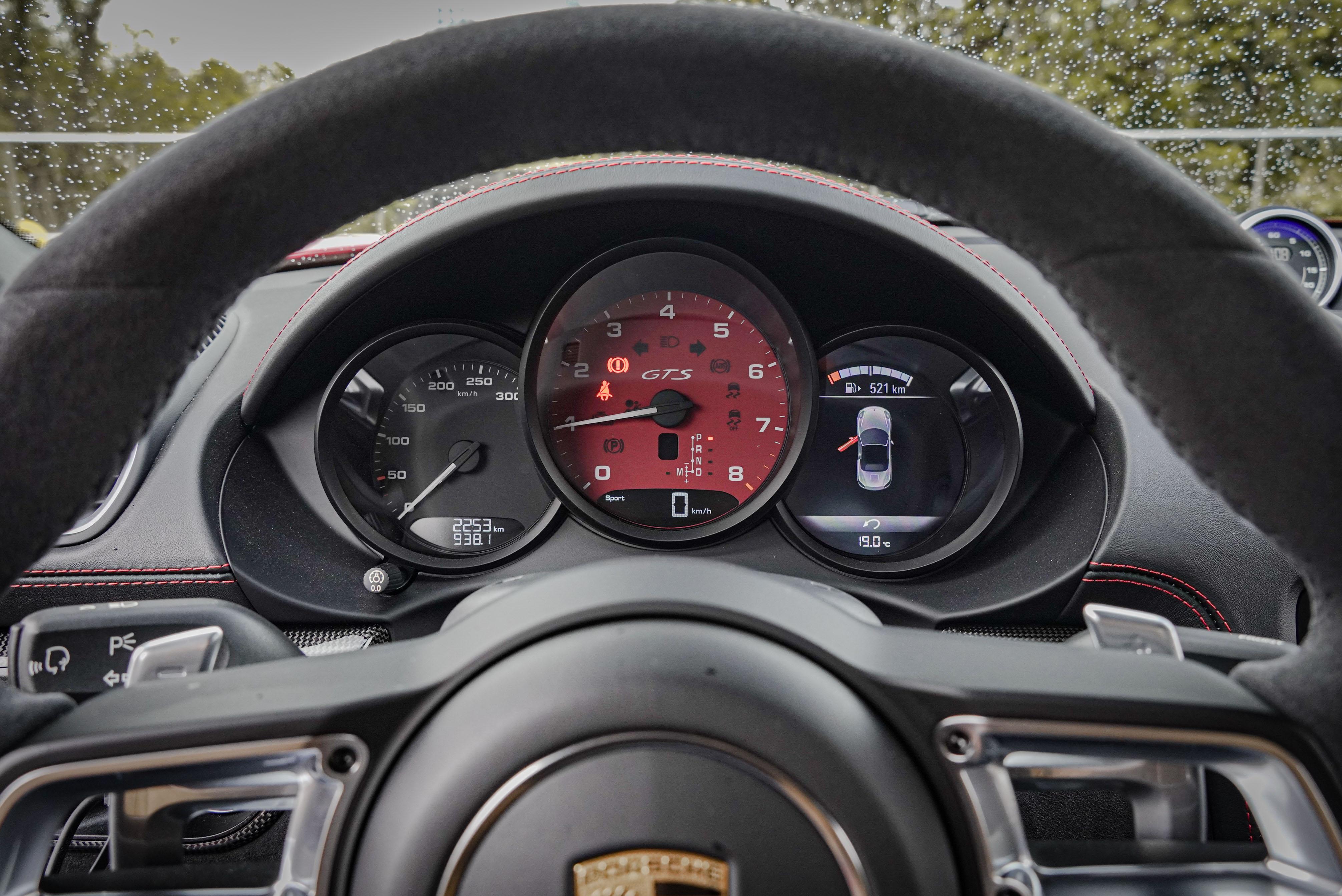 三環式儀表板將轉速表置於中央,右側液晶螢幕可查看車輛資訊。