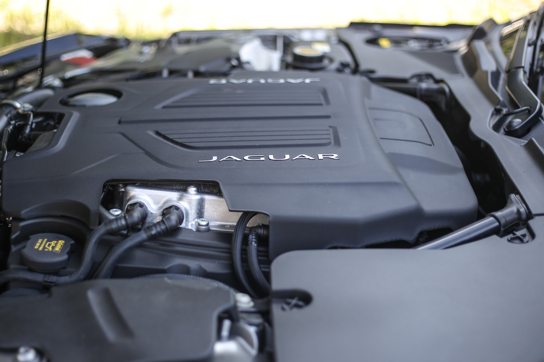 F-Type  3.0L AWD R-Dynamic 搭載 3.0 升機械增壓 V6 汽油引擎,具備 380ps/6500rpm 最大馬力輸出,與 460Nm/3500~5500rpm 最大扭力表現。