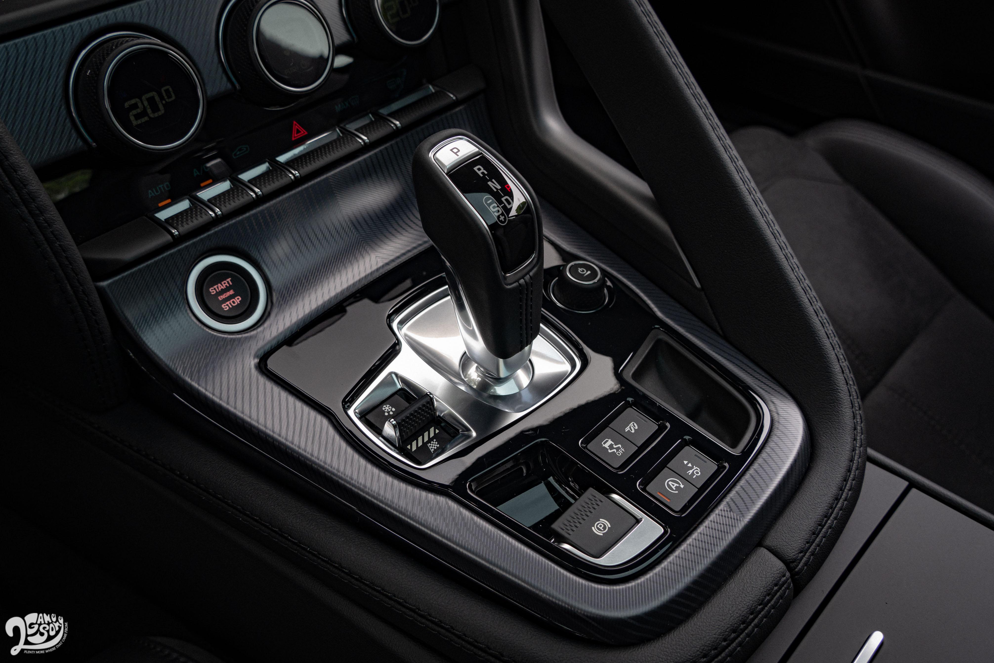 動力銜接 8 速手自排變速箱,並採取後輪驅動配置。