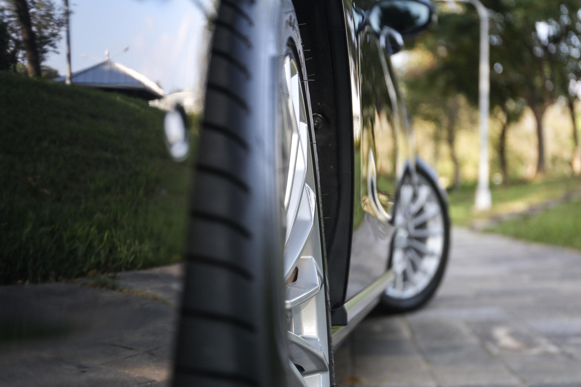 試駕車選配動態全輪轉向系統,低速後輪於前輪反向轉動,降低迴轉半徑;60 km/h 以上則同向轉動,提高穩定性。