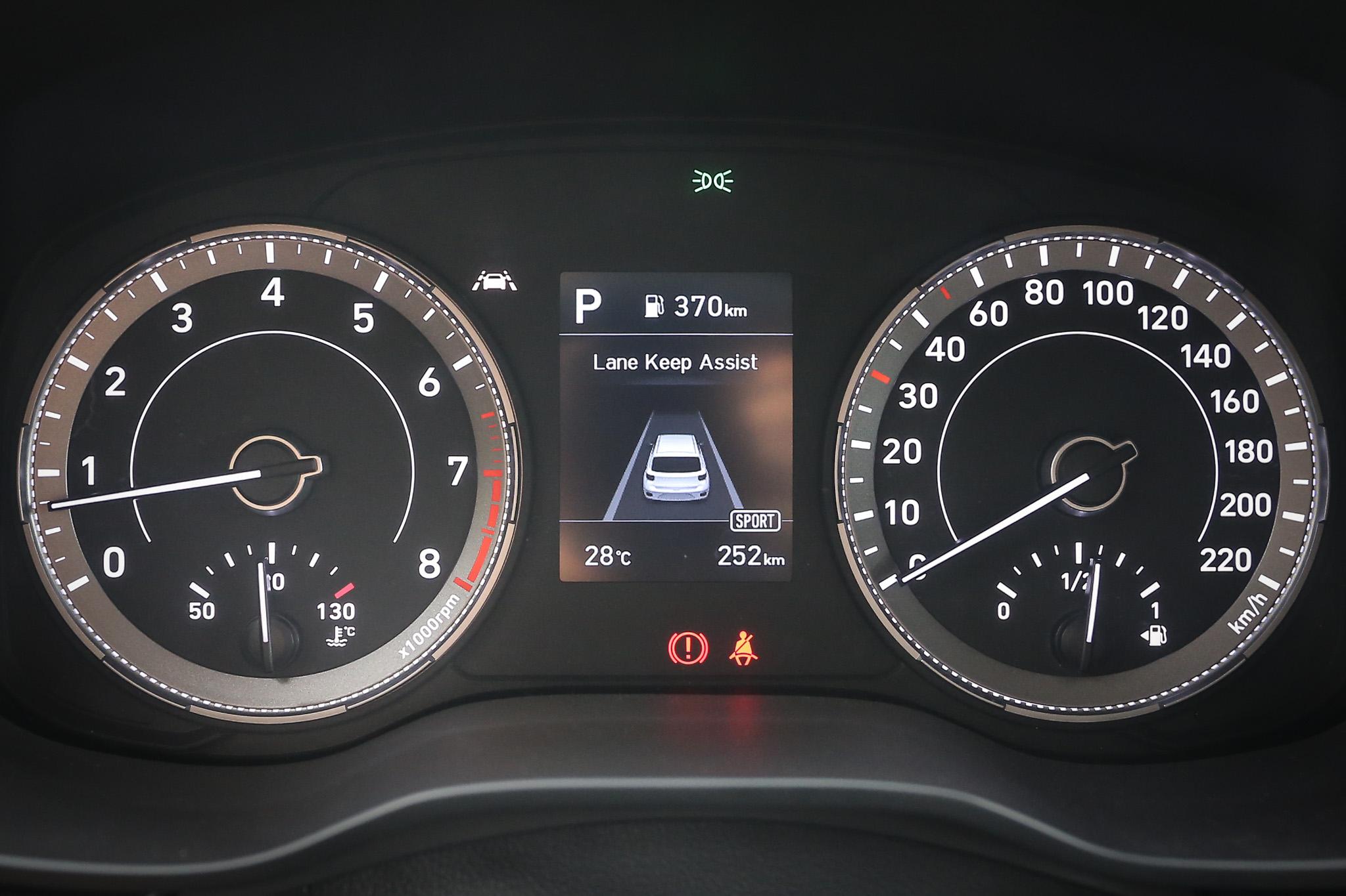 雙環儀表中央採用 3.5 吋 TFT-LCD 車資顯示幕。