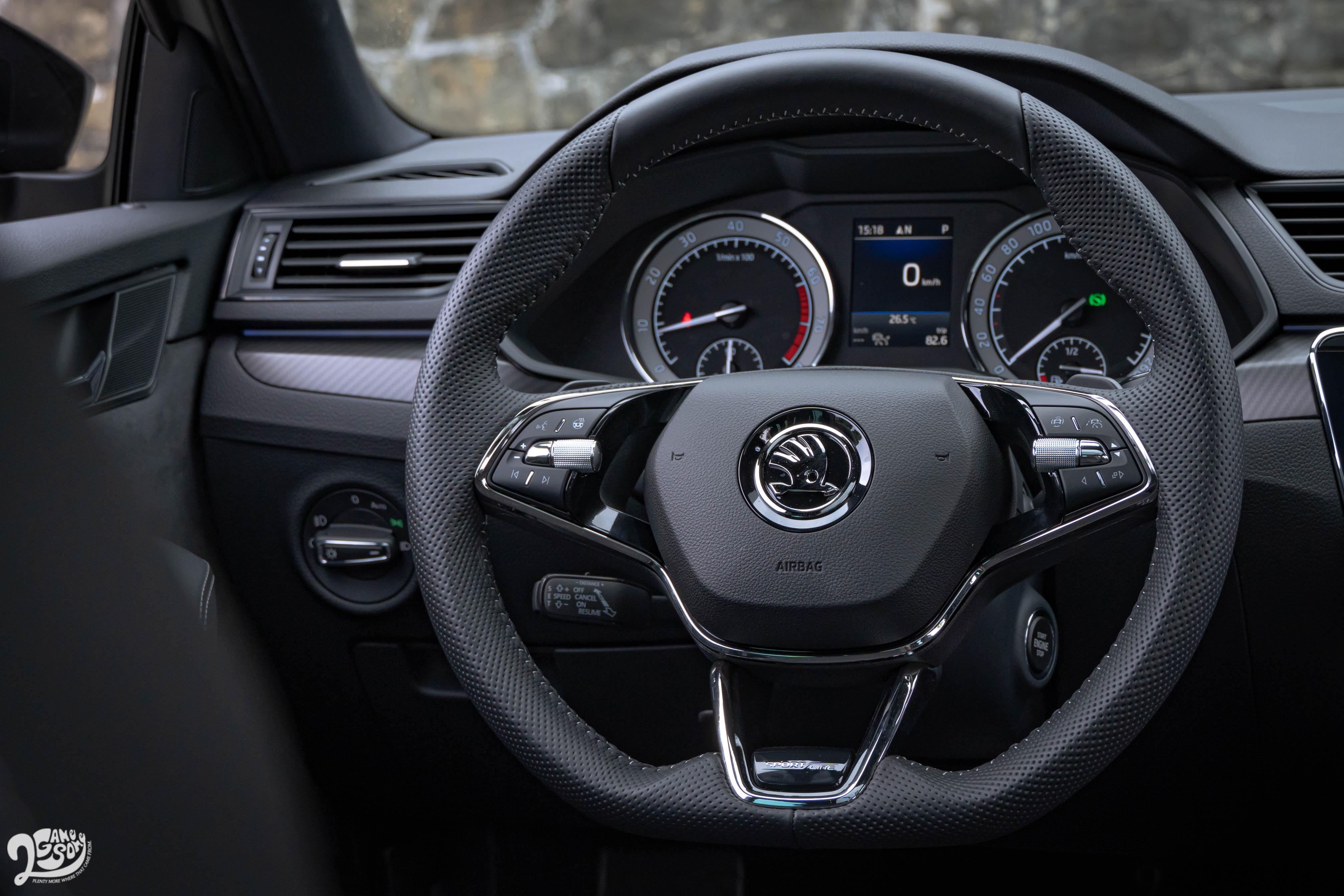 新款三幅式跑車平把方向盤附換檔撥片,還有 Sportline 字樣和飛梭式旋鈕裝飾。