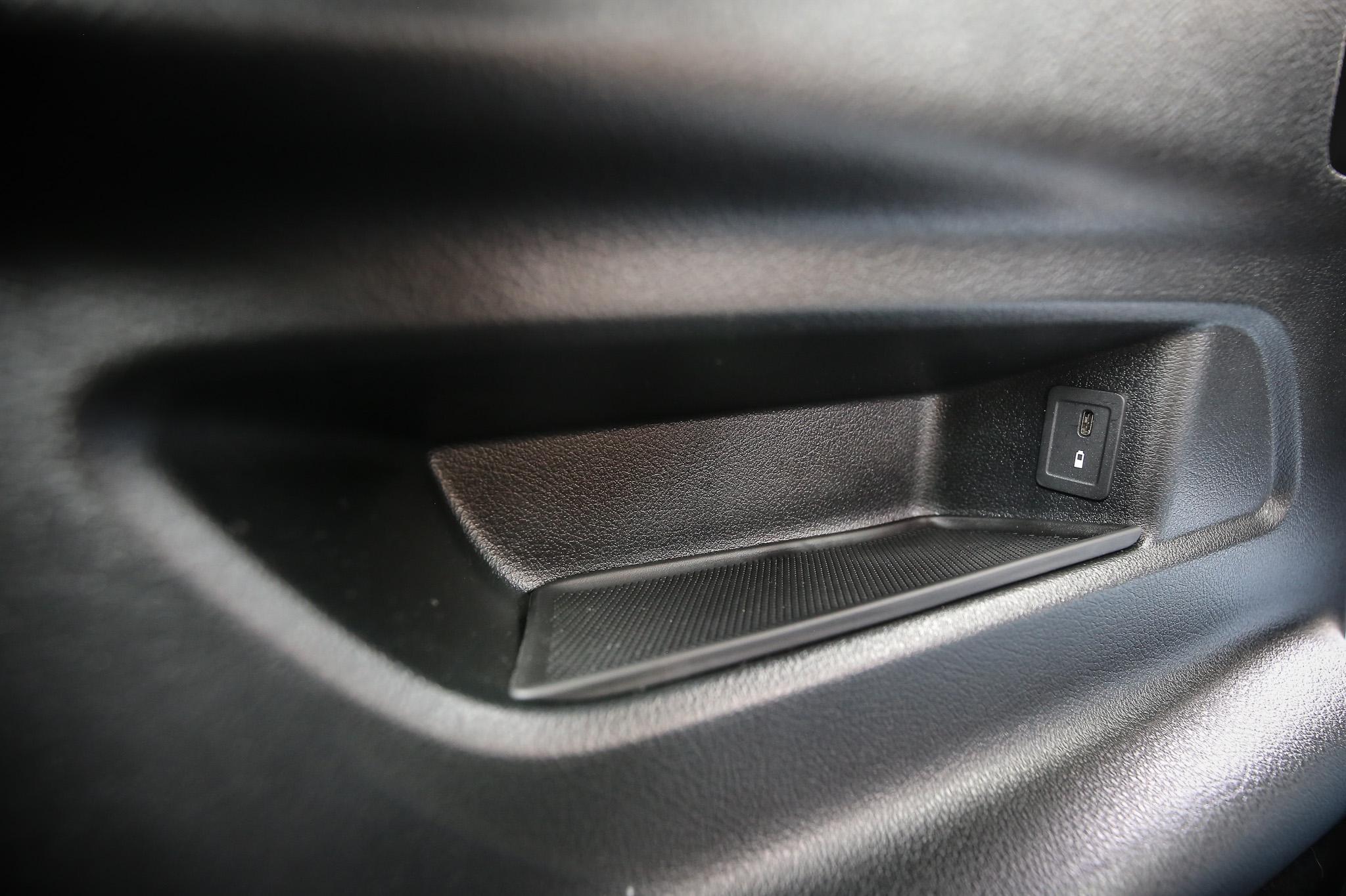 第三排座椅選配套件包含第三排雙 USB 連接孔。