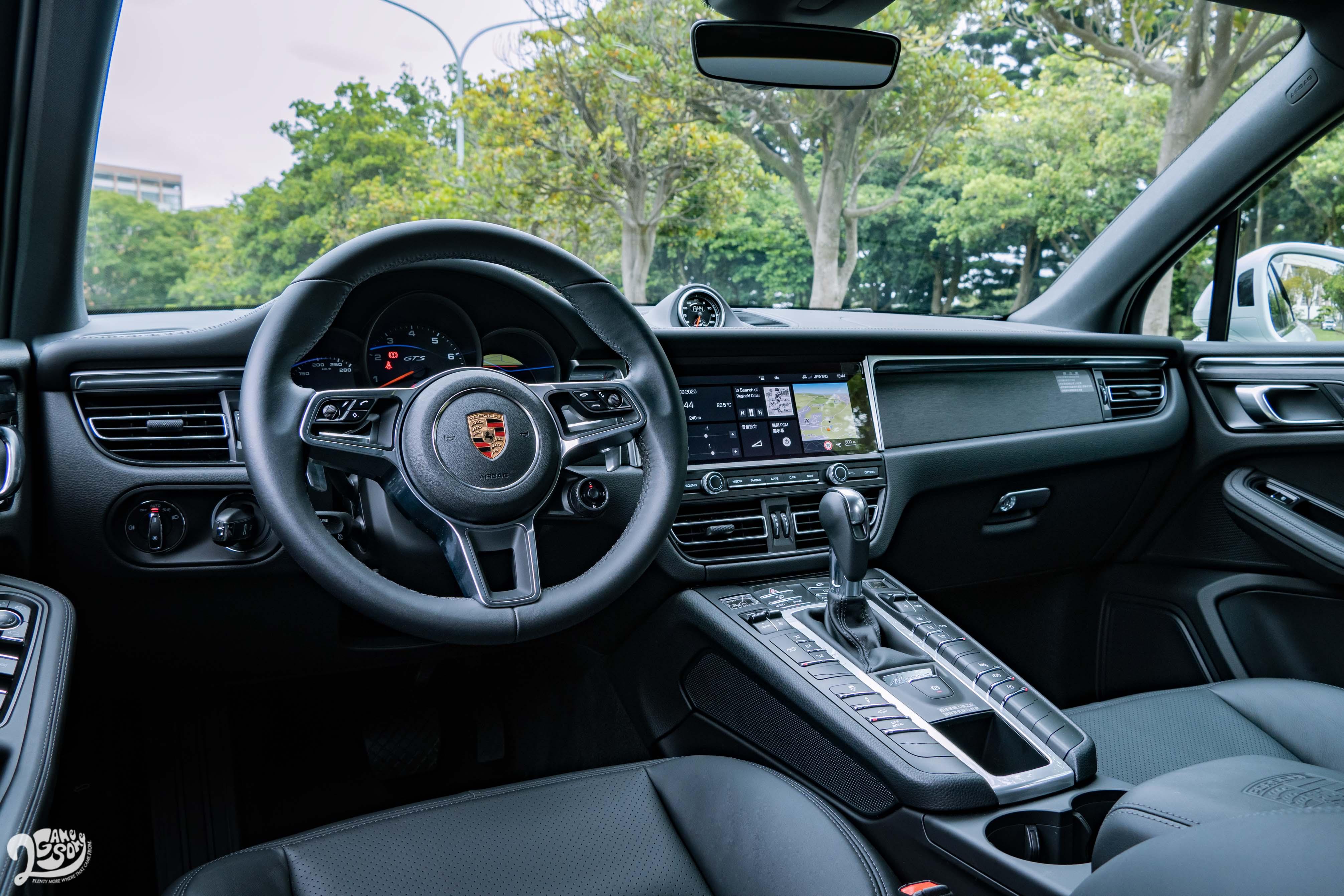試駕車內裝選配黑色真皮套件,若是標配,座椅中央、車門扶手及中央鞍座扶手均以 Alcantara 麂皮包覆,搭配黑色髮絲紋鋁合金飾板。