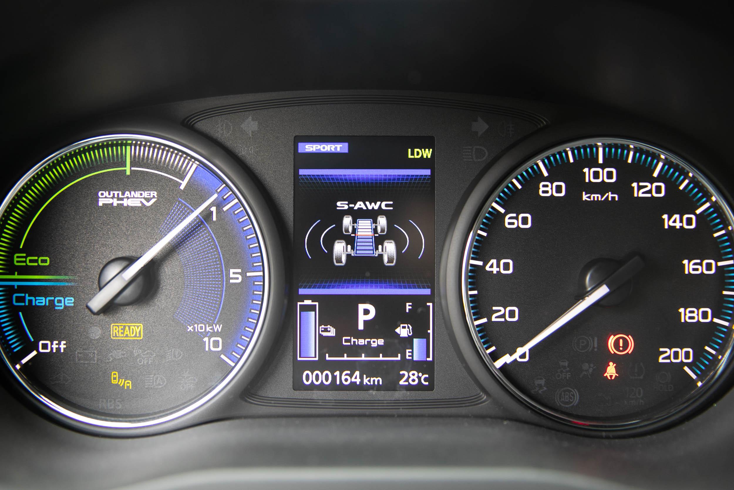 中央顯示幕提供多樣的行車模式與資訊顯示。