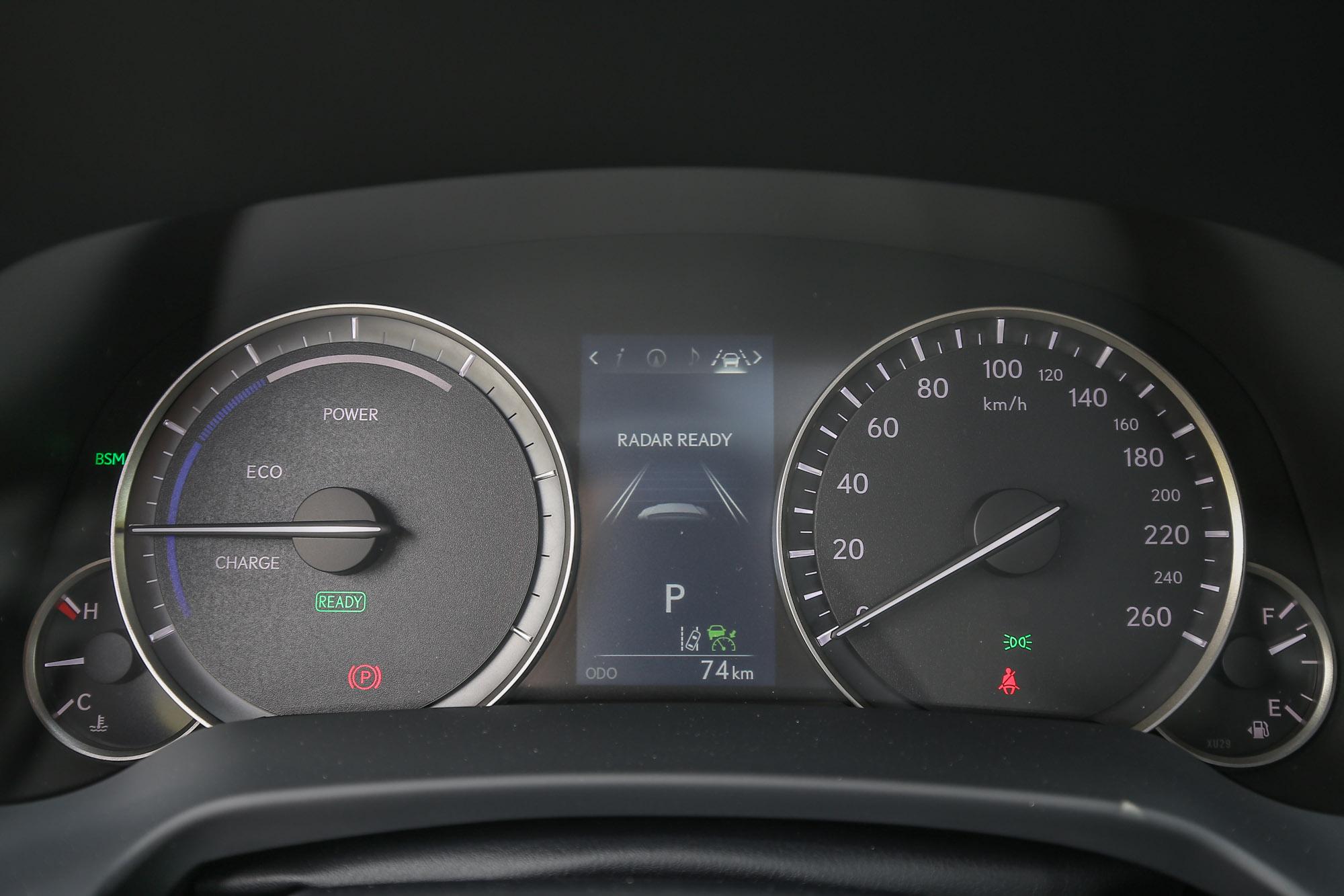 並沒有採用當前時興的全液晶數位儀表,RX 車系仍使用傳統的指針式設計,僅於中央設置數位顯示幕。