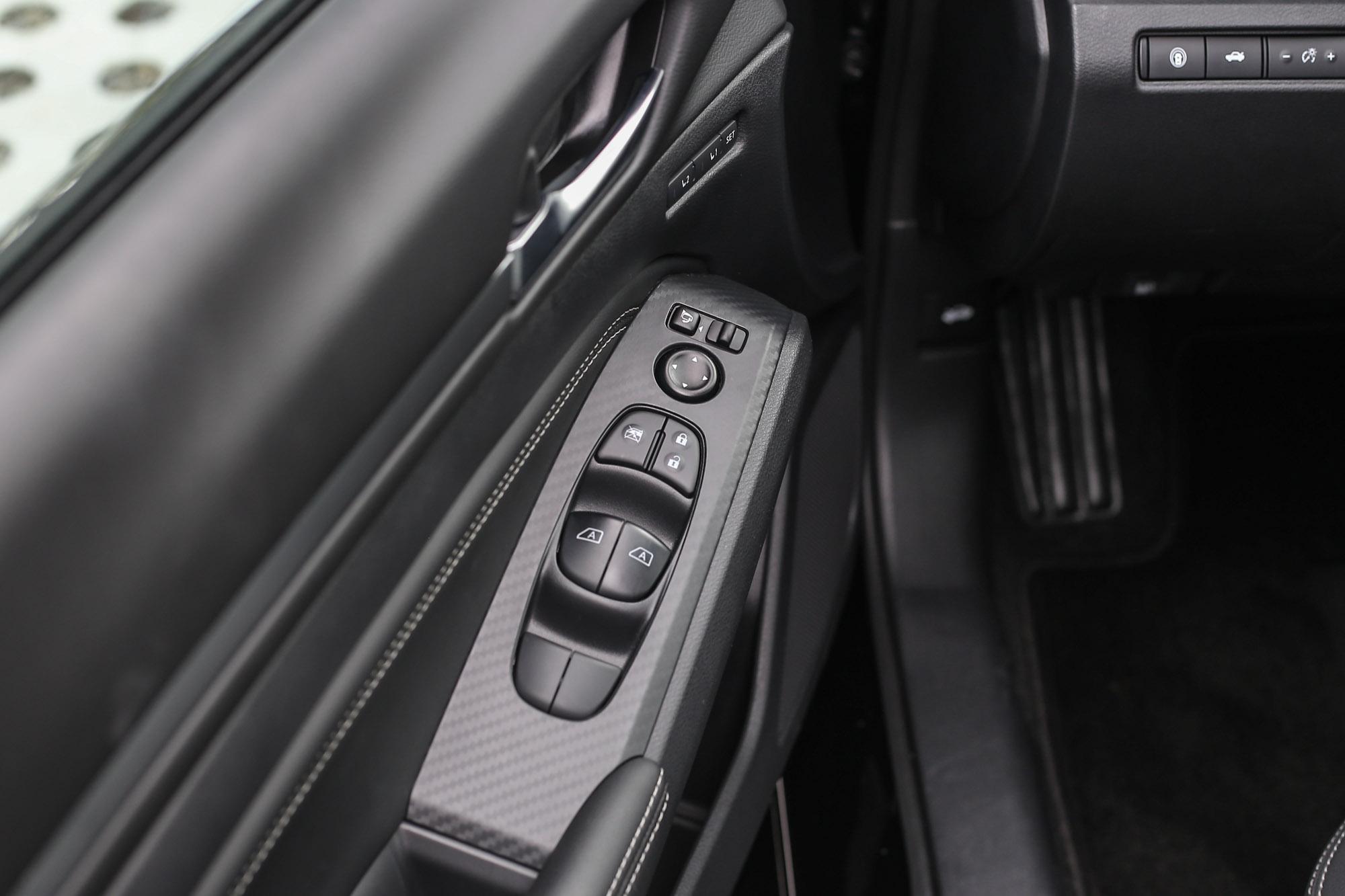 車門的類碳纖維飾板如果換成儀表板上的木紋飾板,相信視覺上會更加一致。