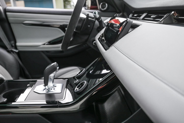 中控台上下的 10 吋 Touch Pro Duo 雙觸控顯示幕,幾乎把所有的車載操控介面全部虛擬數位化。