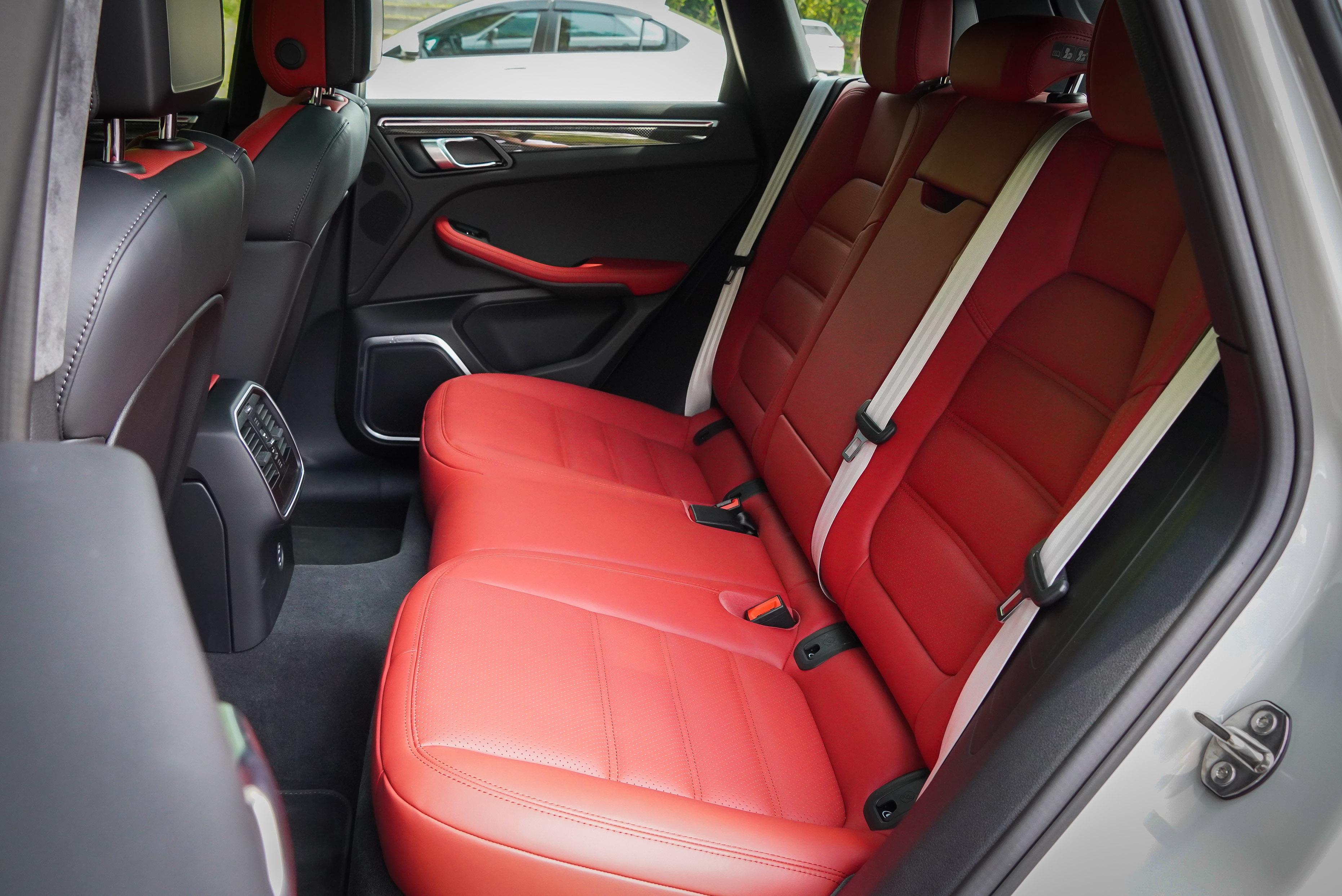 Macan 車系擁有可滿足日常家庭需求的後座空間,唯獨中央隆起對第五名乘客舒適打了折扣。