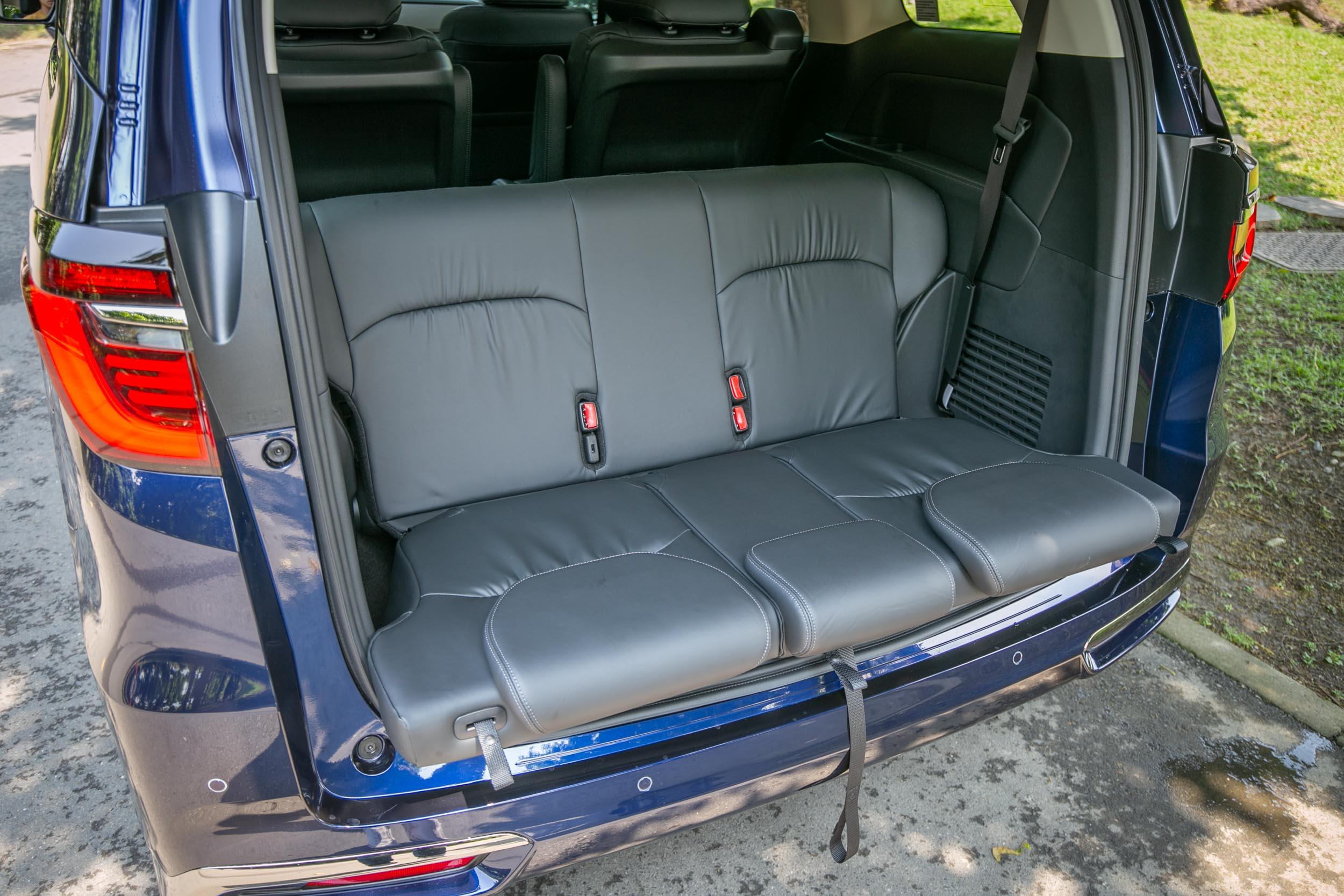 第三排椅背可往後 90 度翻折,轉變成後方觀景乘坐使用。