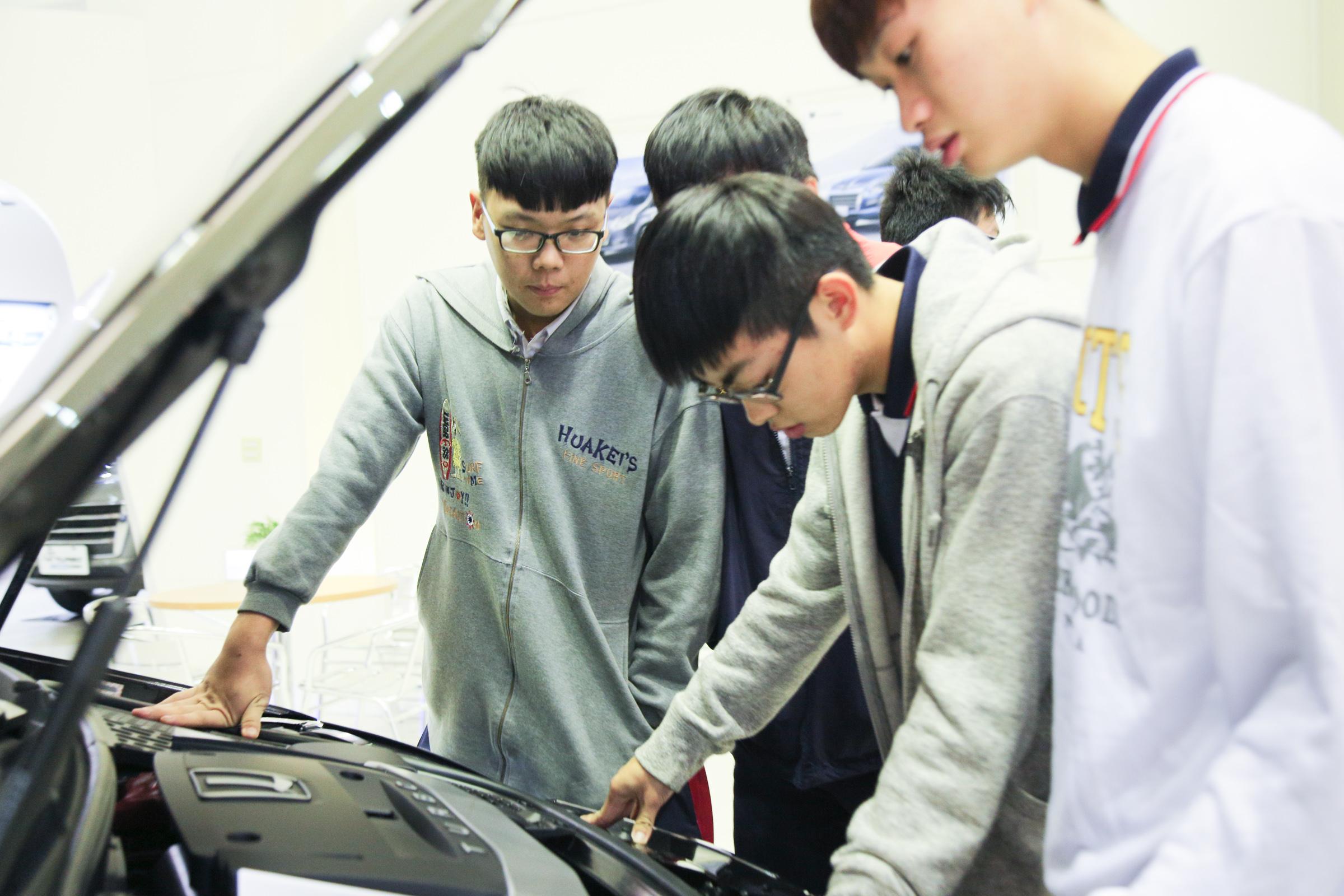 Luxgen 由北智捷總經理連振偉代表出席及捐贈 U6 GT、M7 Turbo Eco Hyper 共兩輛車予「109學年度全國工業類科學生技藝競賽」,供競賽得名之學校教學使用。