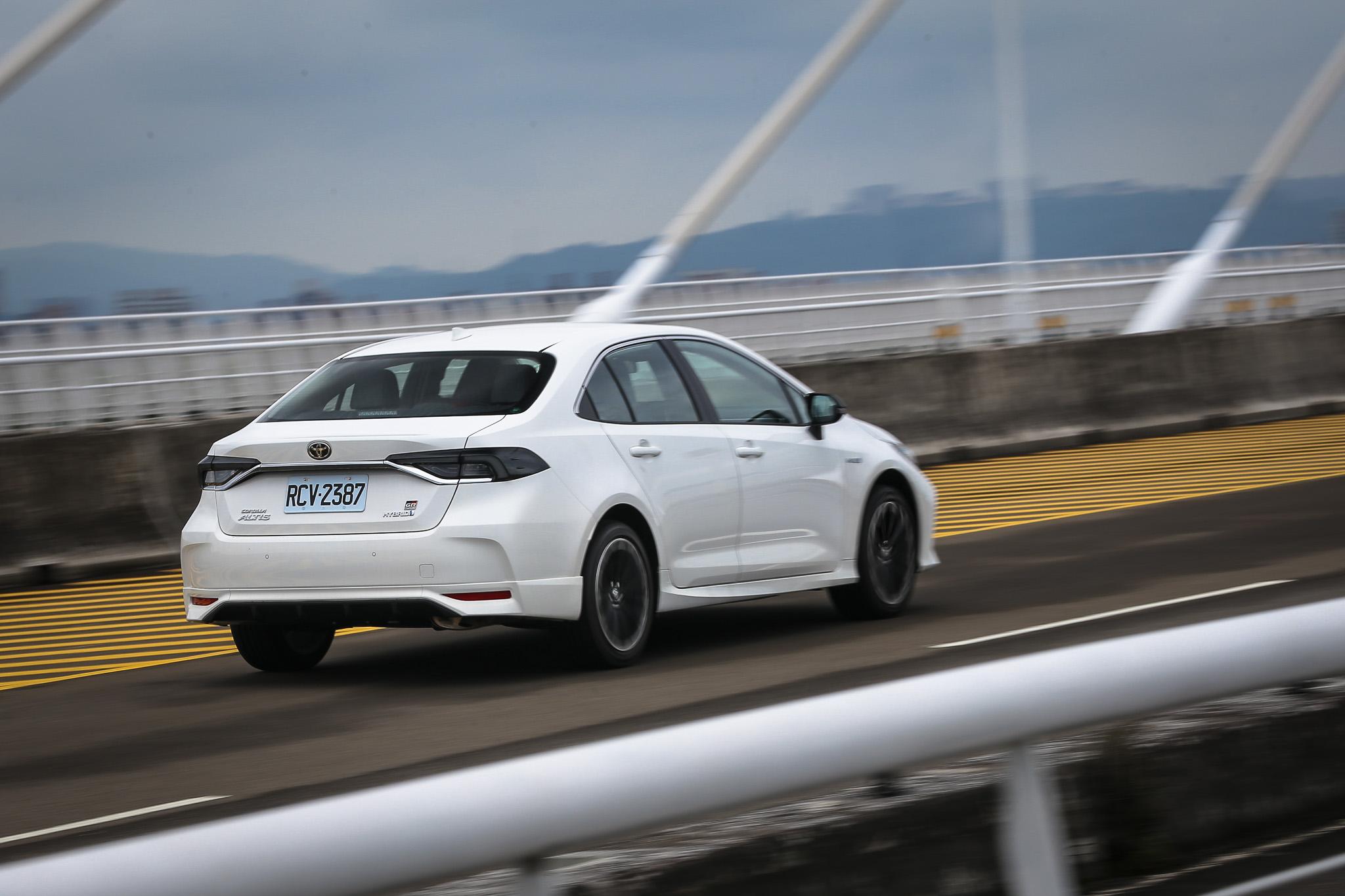 前後防傾桿強化的比例不同,帶來了更棒的前後軸協調性,再加上油電車款的鎳氫電池,讓整體的穩定度與配重更好。