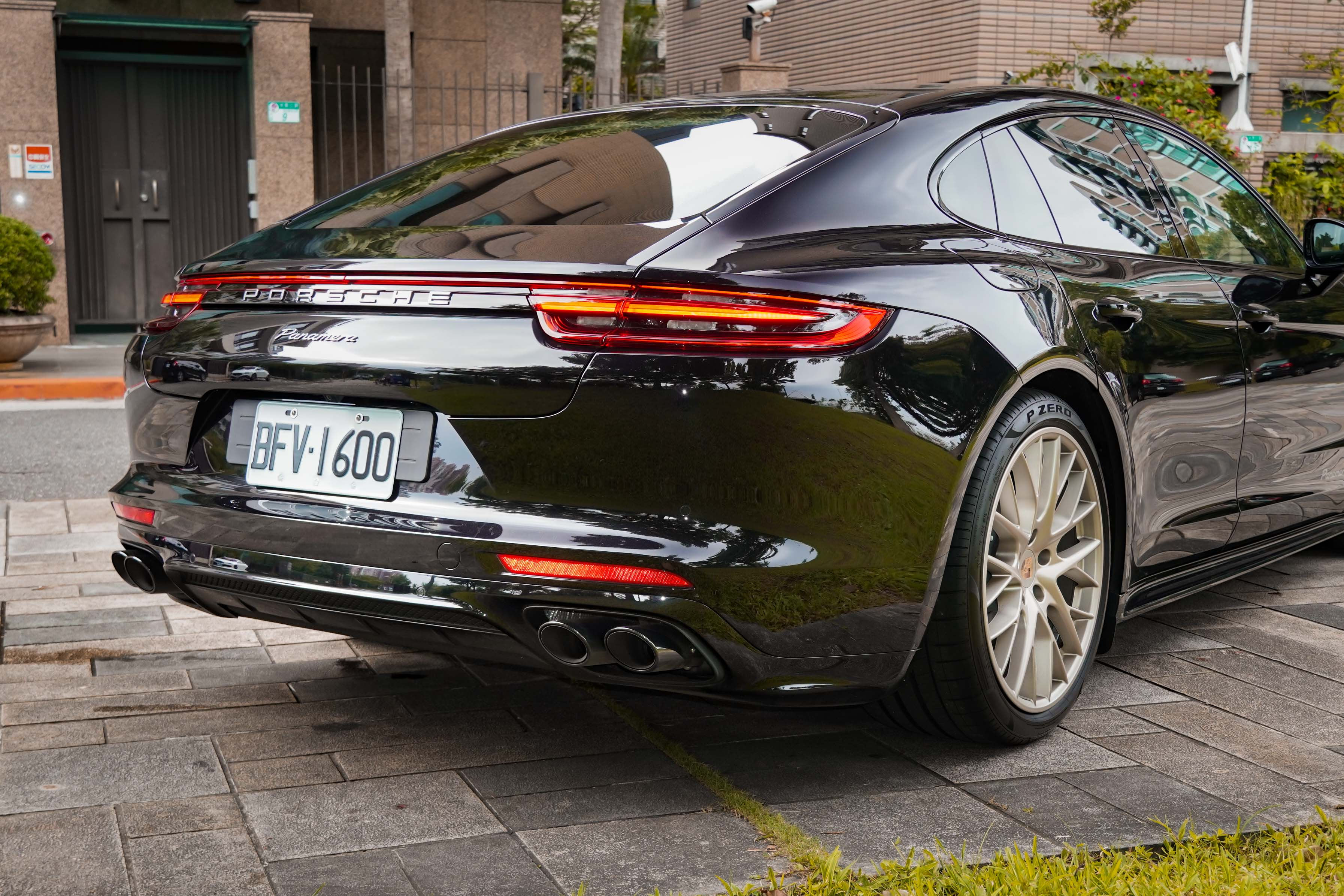 試駕車選配跑車化排氣系統含高亮澤黑色排氣尾飾管。