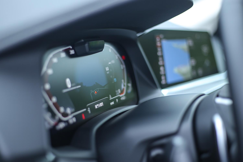 兩個 12.3 吋螢幕所組成的 BMW 全數位虛擬座艙。