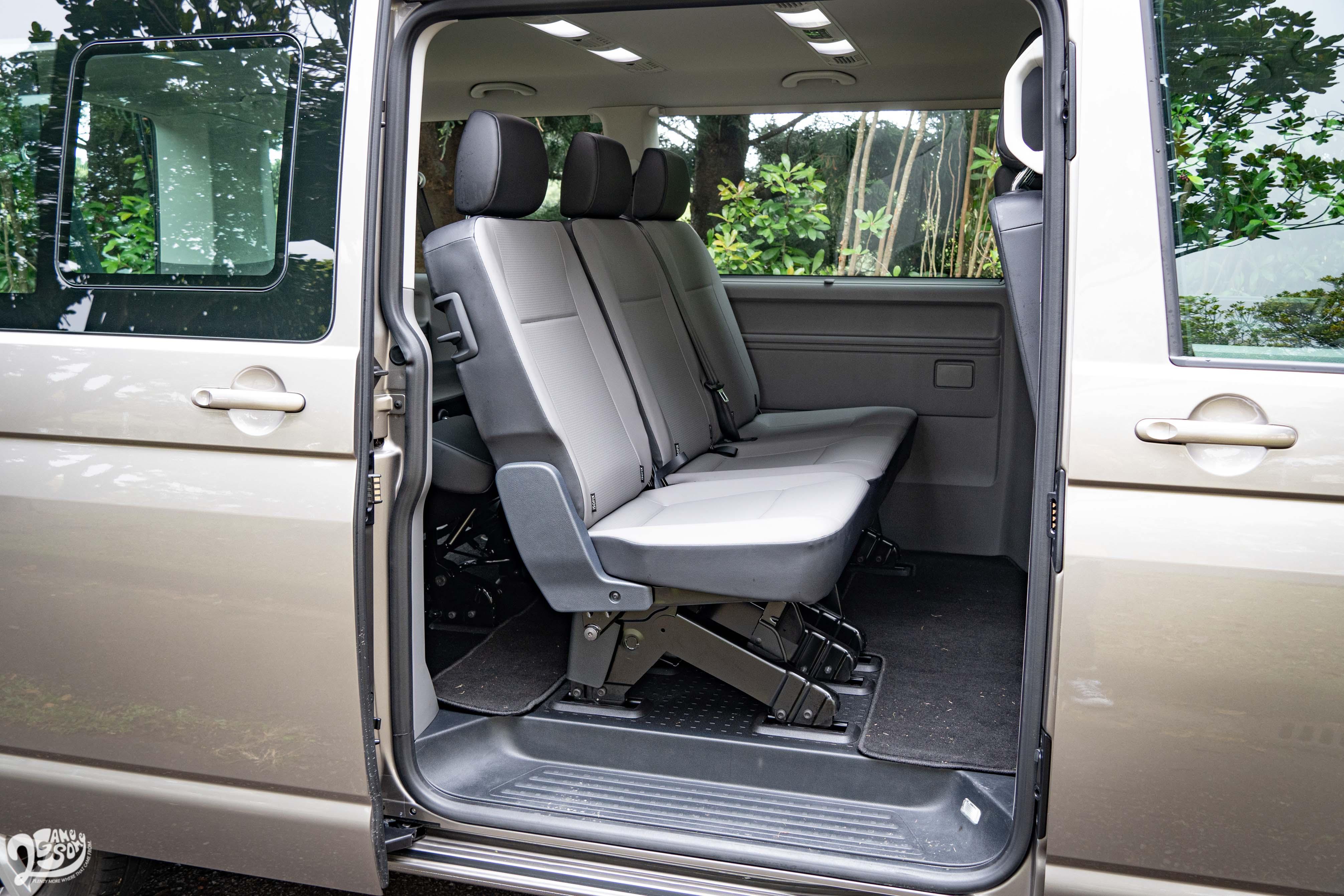長軸版比短軸版多出 40 公分,讓第二排腿部空間極為充裕。另可選配左側滑門。