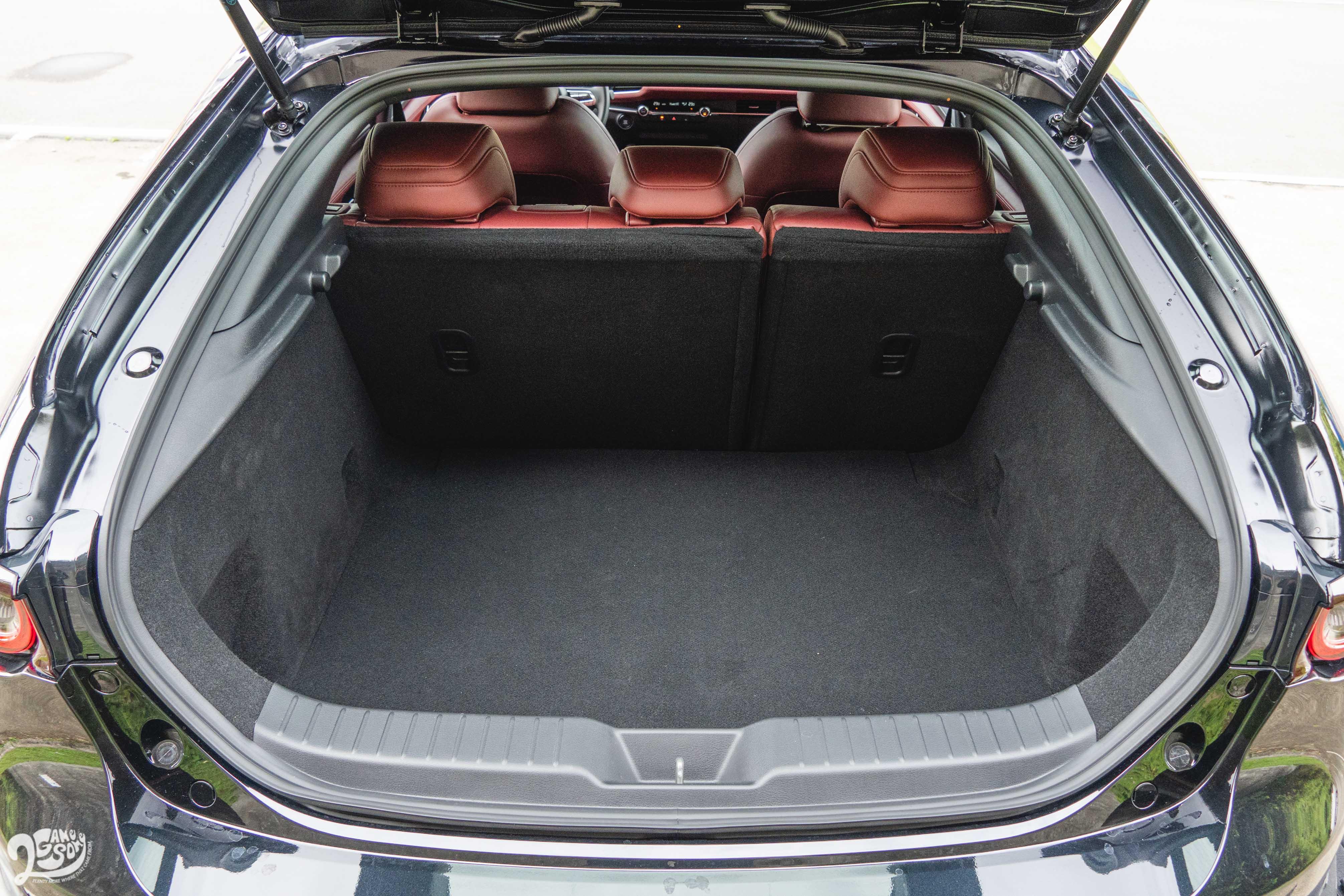 Mazda 5D 行李廂容積 327 公升。