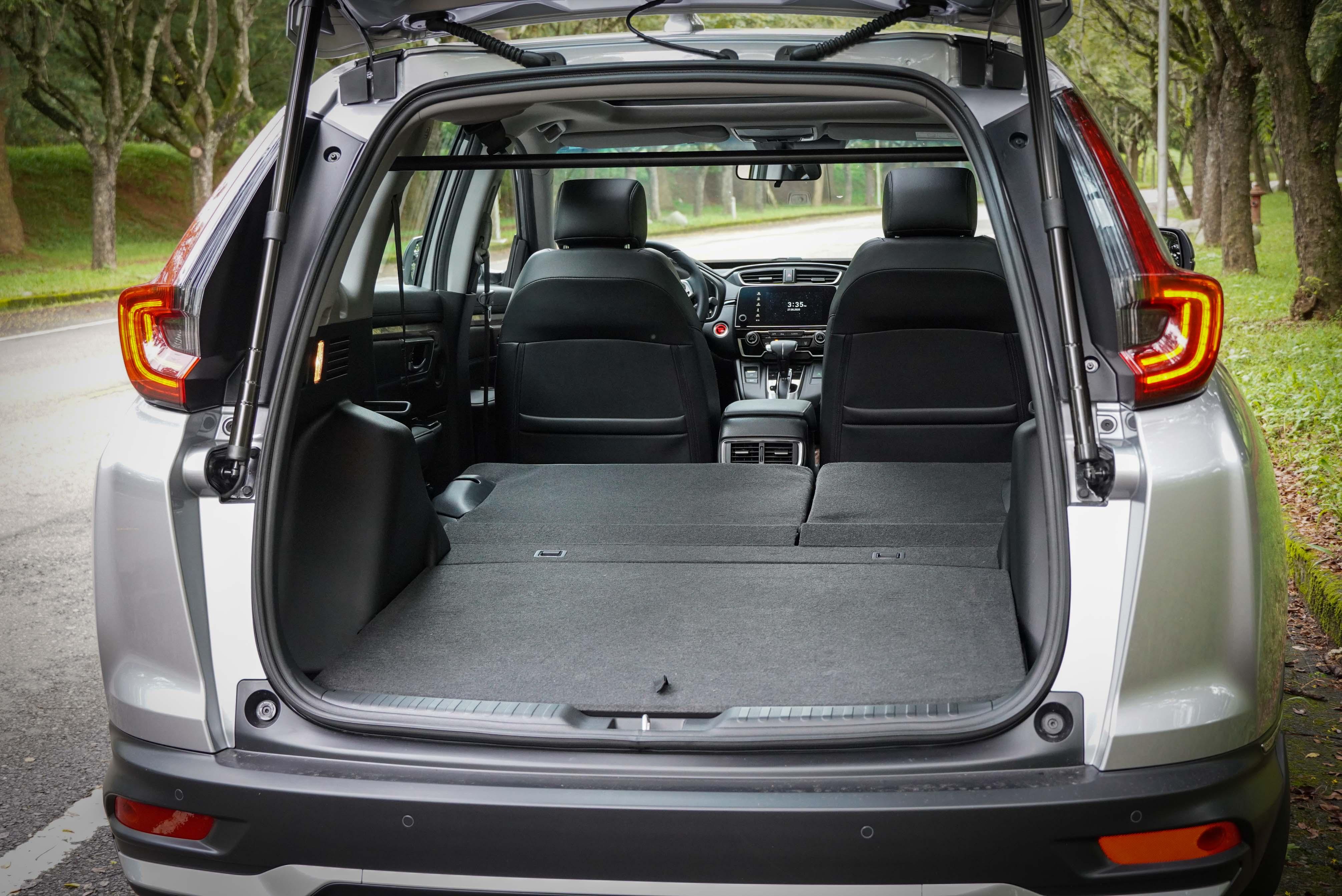 提供 6/4 椅背分離傾倒功能。