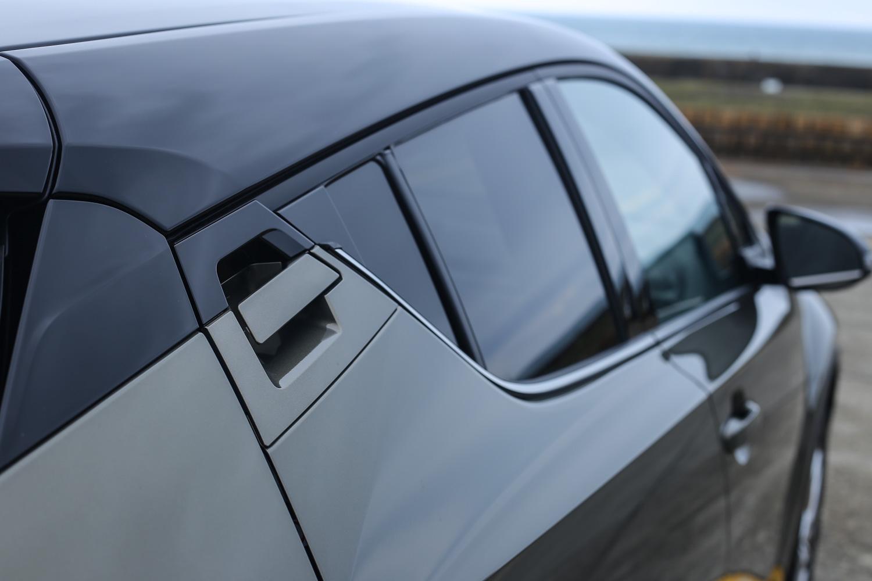 隱藏式後車門把手為 C-HR 的外觀特色之一。