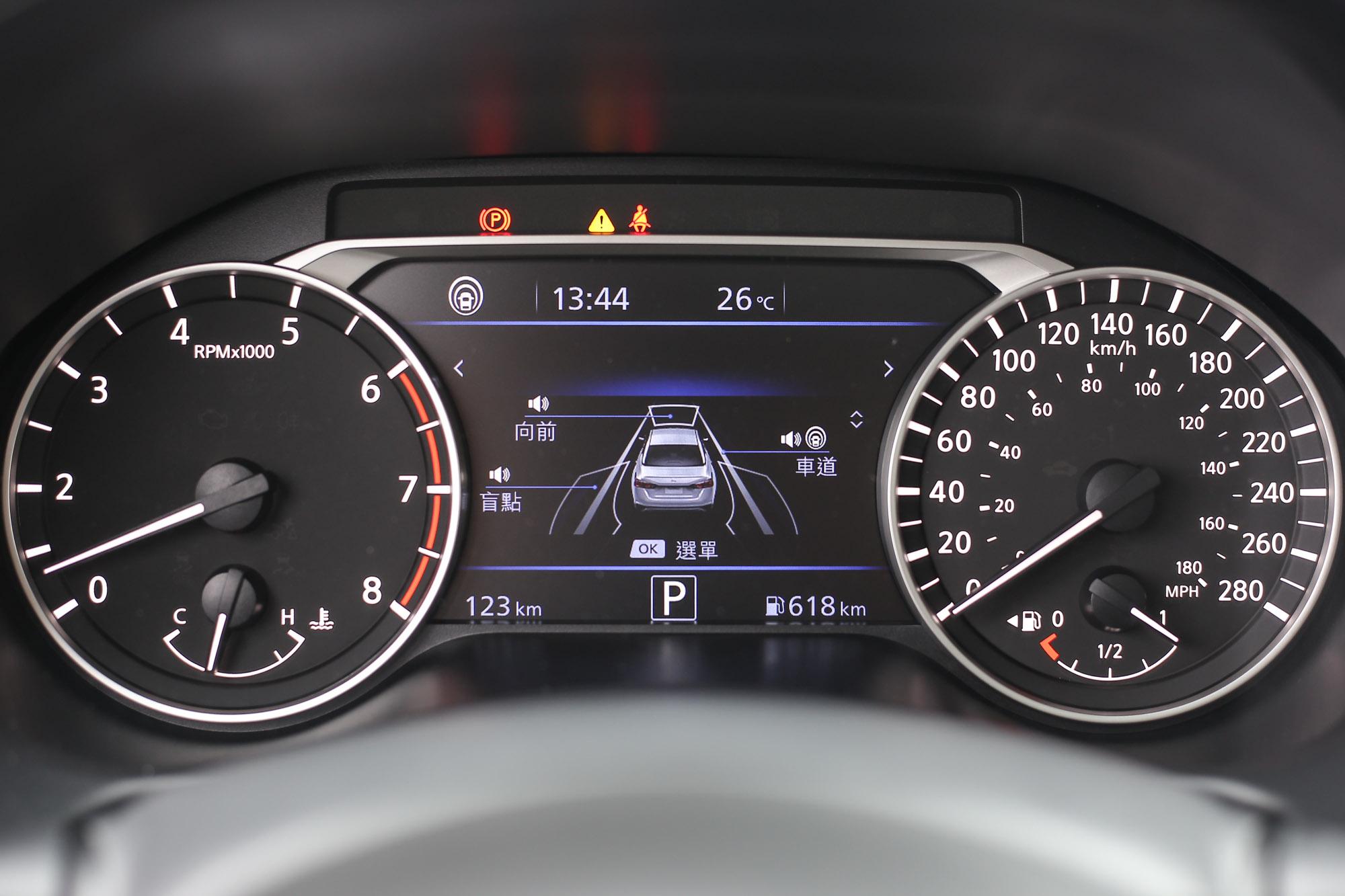 儀表資訊幕提供 Nissan Intelligent Mobility 的跟車系統、車道預防及盲點偵測資訊。