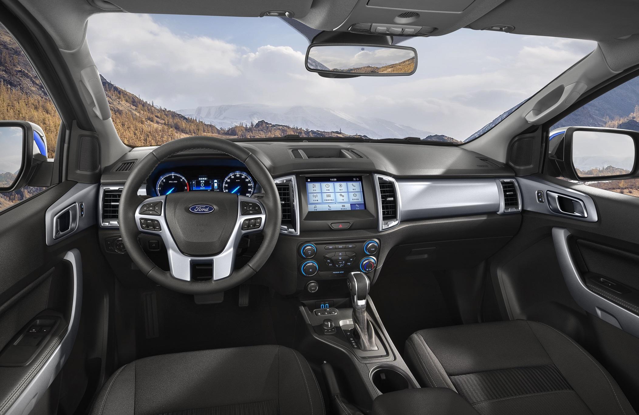 21 年式 Ford Ranger職人型/全能型全面搭載中文化儀錶資訊介面,職人型再升級原廠 8 吋全彩觸控螢幕,內建 SYNC 娛樂通訊整合系統。