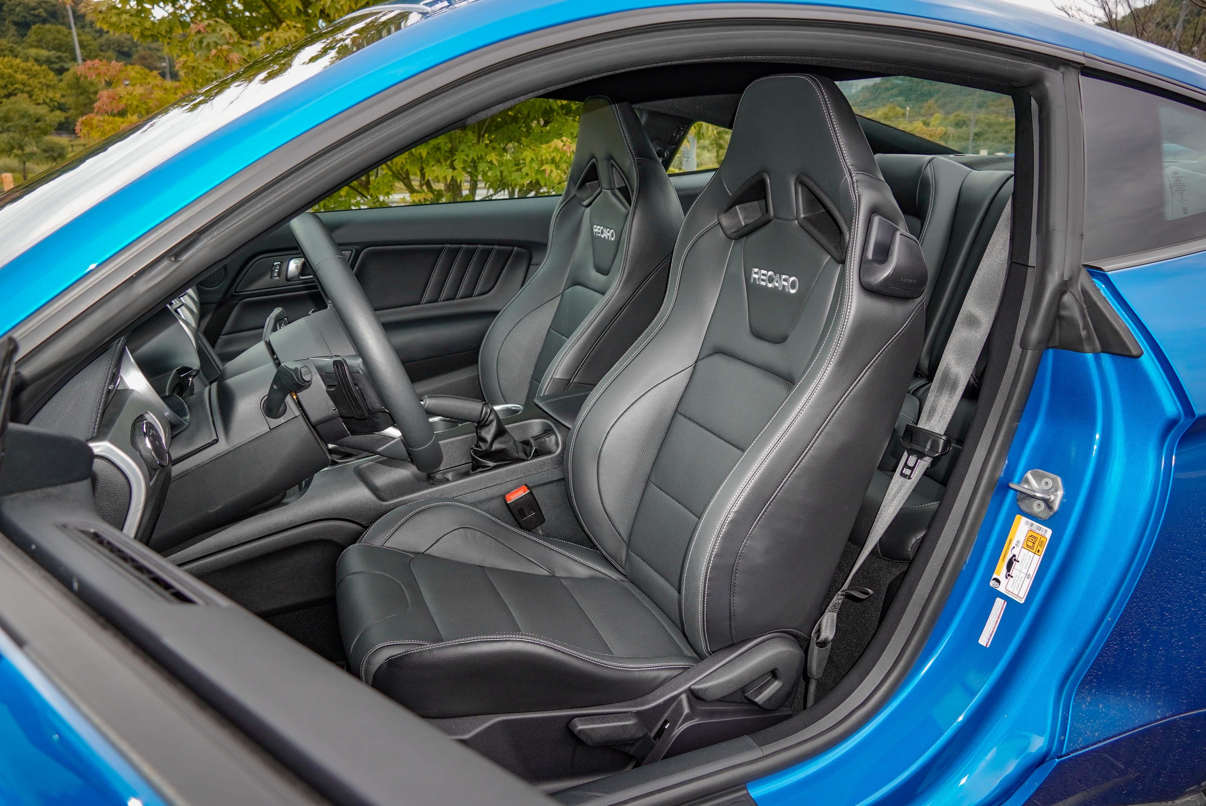 GT Premium 標配競技型Recaro 皮質賽車座椅。