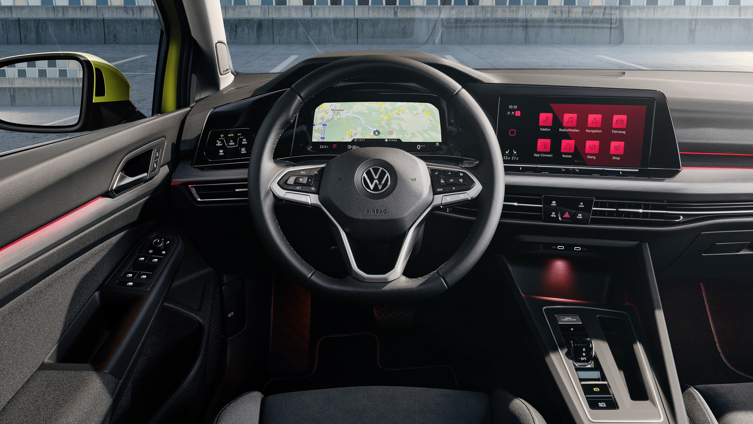 8代Golf導入新世代的數位化駕駛導向座艙,捨棄以實體旋鈕為主的傳統內裝,大幅採用智慧觸控式面板。