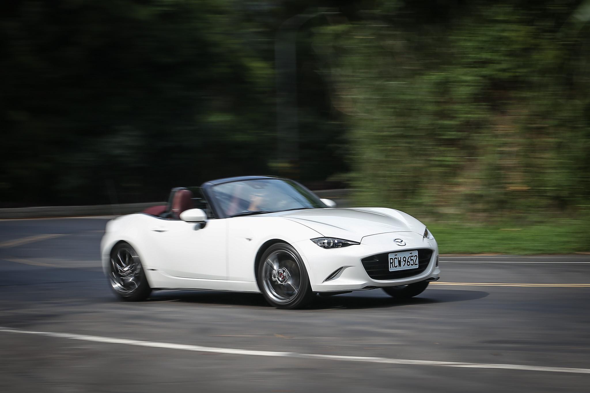 車身動態明確且清晰的回饋,給予了駕駛極佳的掌控度,駕駛所施予的每個動作,車身都會完整的反應而出。