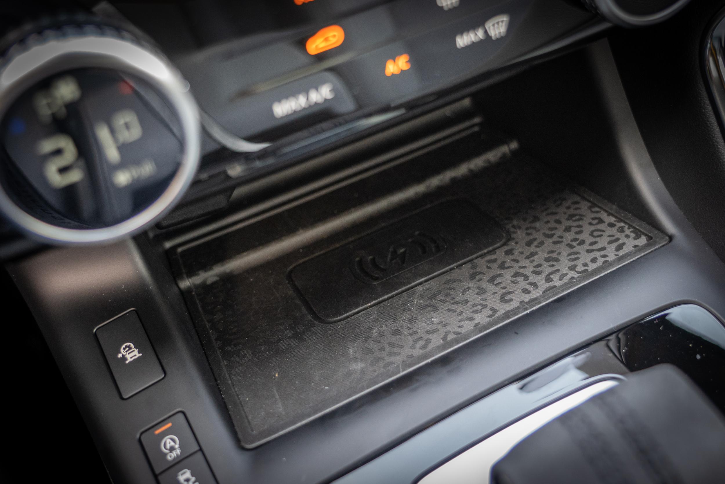 手機無線充電在 P250 R-Dynamic SE 車型上是標準配備。