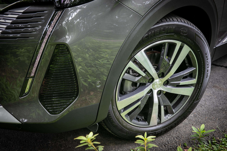 3008 車系標配 18吋黑銀雙彩輪圈。