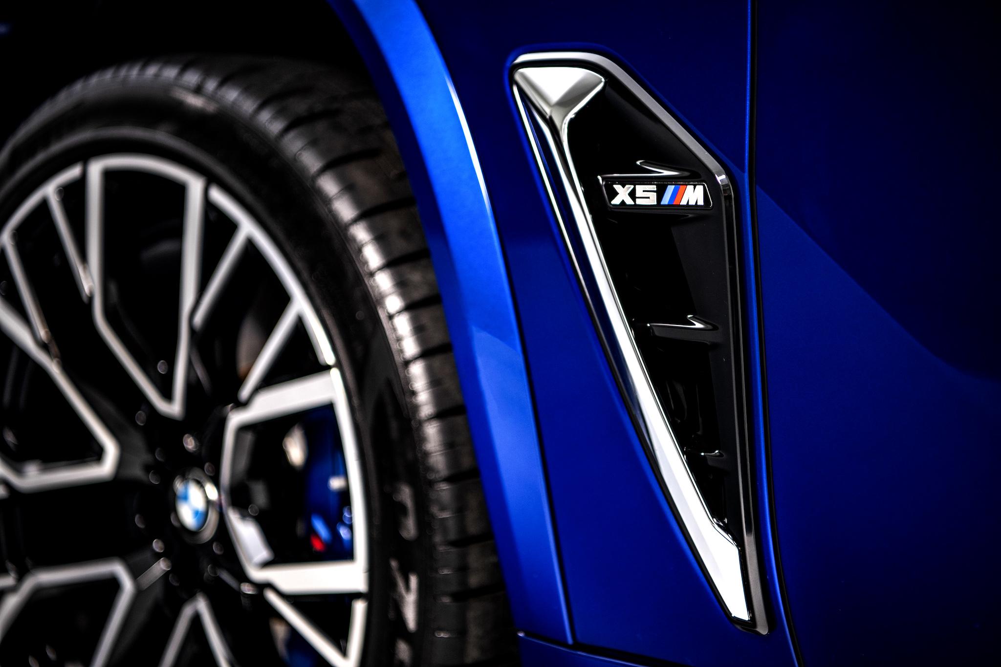 M 專屬車側導流氣孔提升高速行駛時的穩定性,降低空氣阻力的同時也幫助剎車散熱。