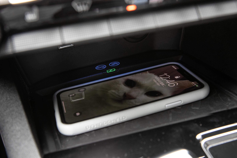 配備有無線充電板,提升用車便利性。
