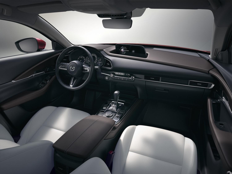 CX-30 依不同車型提供四種內裝配色組合,圖為旗艦進化型專屬之醇厚棕/白色真皮座椅(接單生產)。