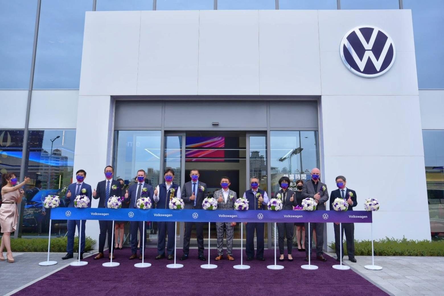 台灣福斯汽車總裁 Sacha Askidjian(左5)、太古汽車集團營運總監 高振榮 先生(右5)、各處長及貴賓共同蒞臨開幕剪綵。