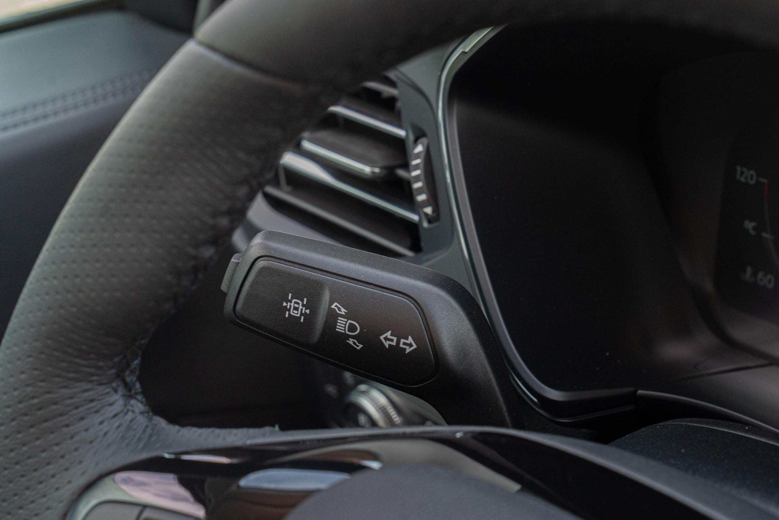 Kuga 21.5 年式 X Level 2 駕駛輔助科技再升級,導入歐洲 RED 道路邊緣偵測系統,強化整合 LDW、LKA 功能,於無標線道路邊緣偵測並提供車道偏移警示與輔助。