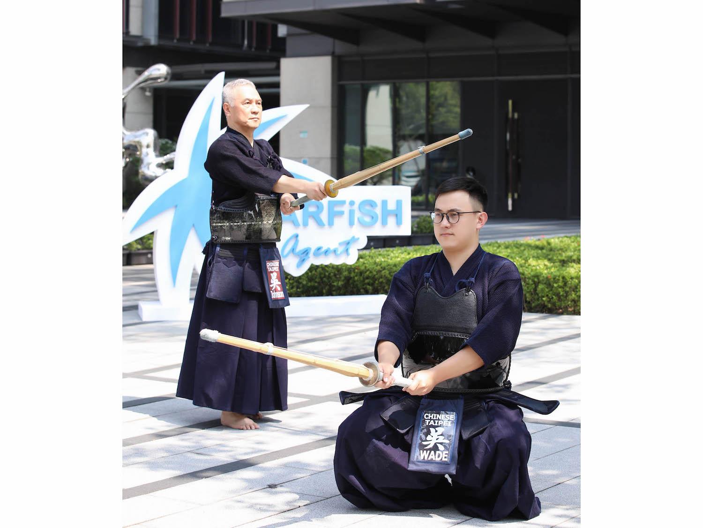 全球華人最年輕劍道範士八段 吳重山與其子。