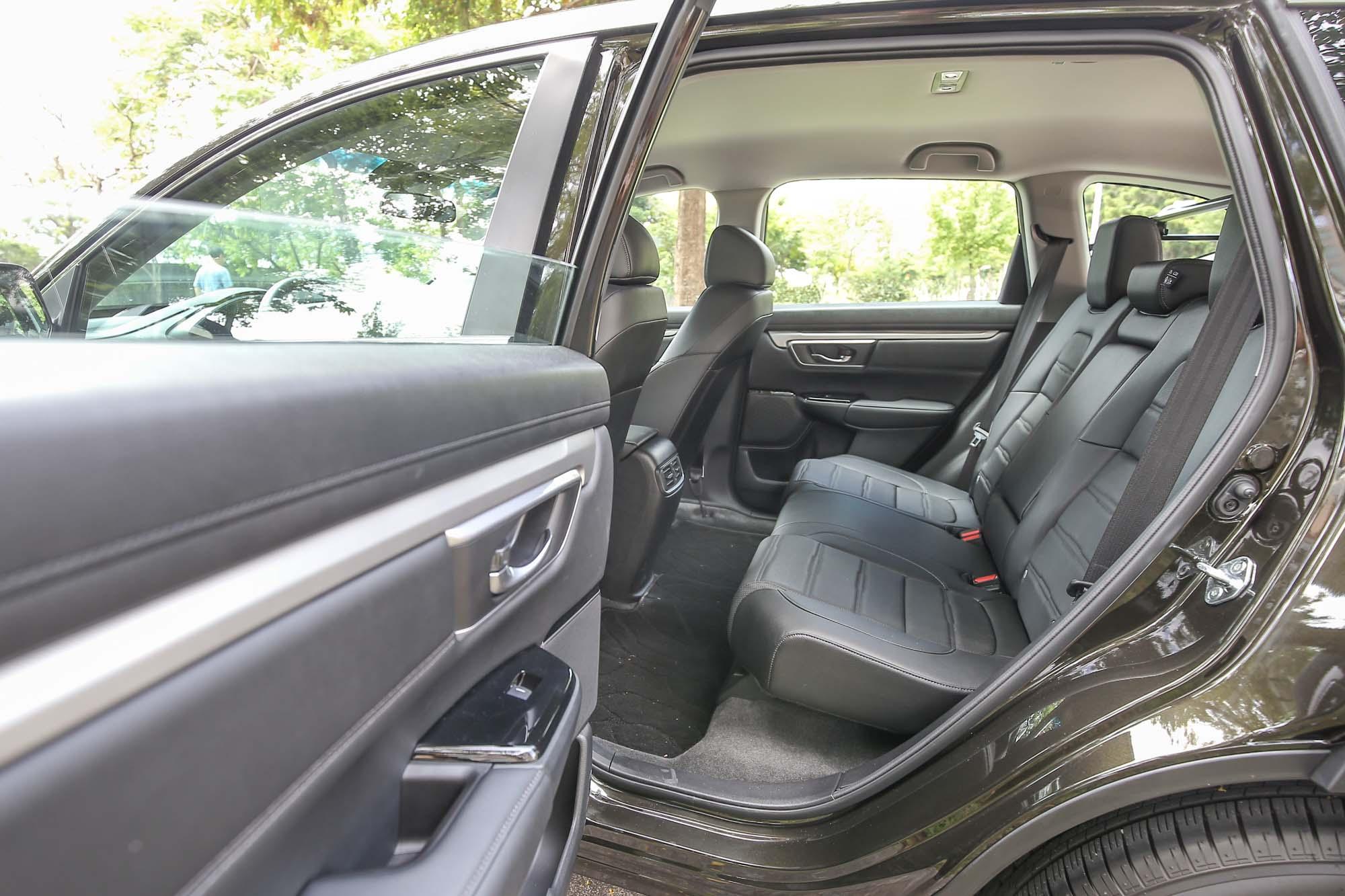不僅寬敞的後座空間是 CR-V 受消費者津津樂道的優點,近乎 90 度的車門開啟角度,更添增上下車便利。