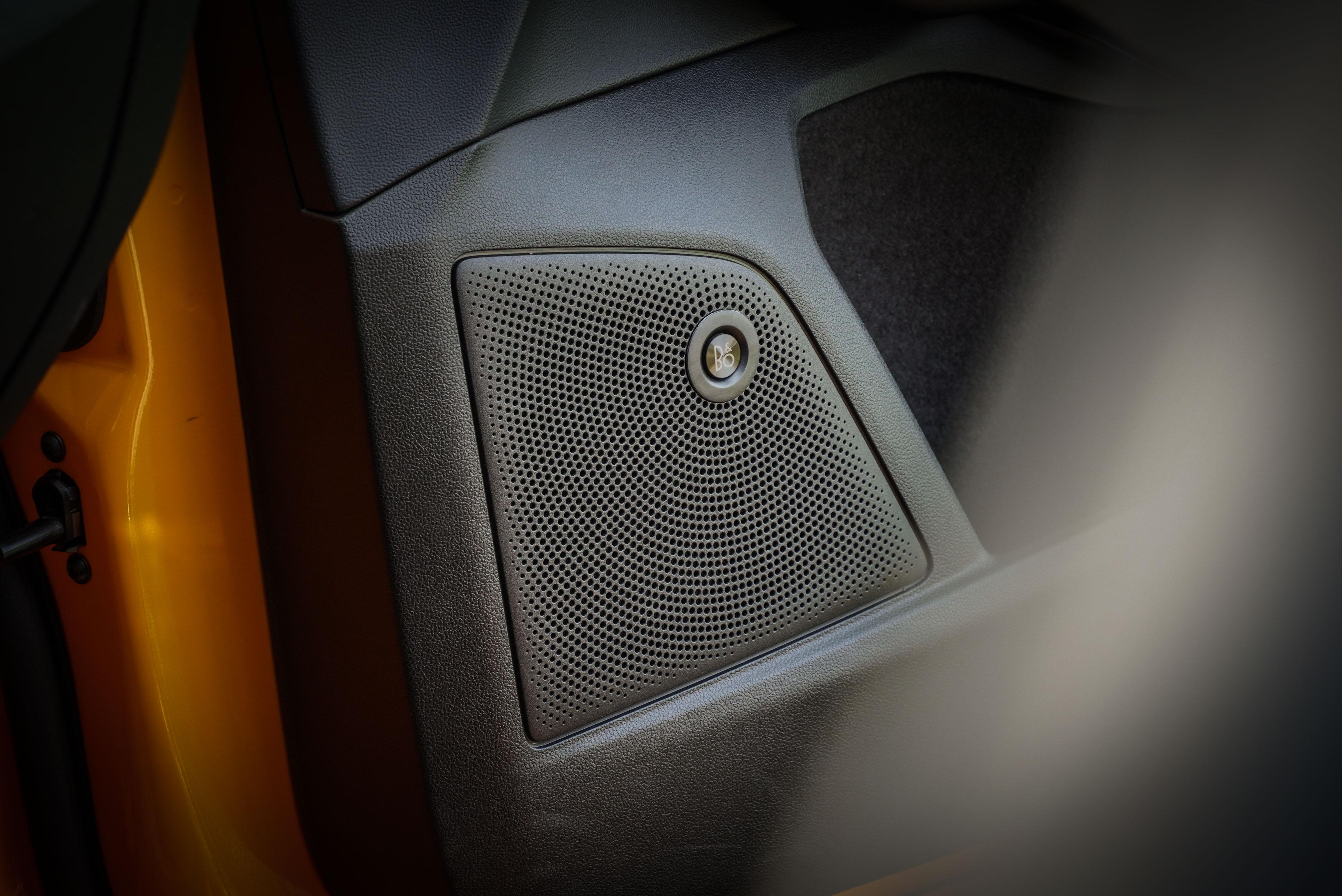 標配 B&O 音響系統。