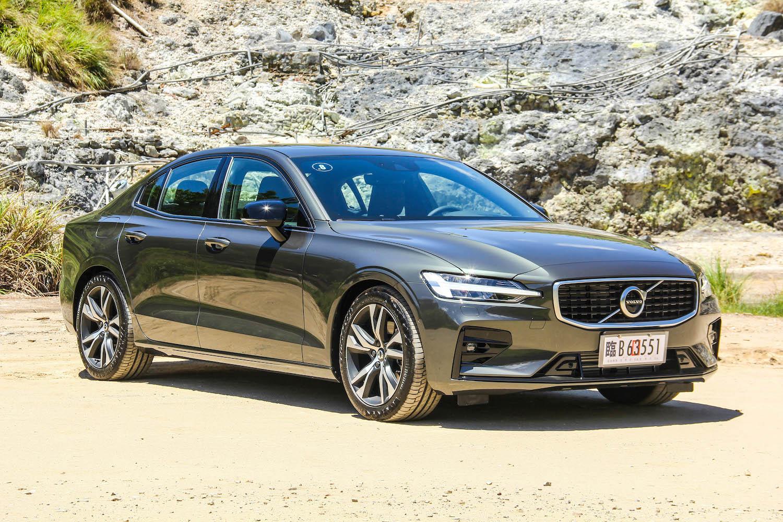 全新 Volvo S60 採三車型配置:T4 Momentum、T5 R-Design、T6 Twin Engine Inscription,售價分別為 185、220、271 萬元。