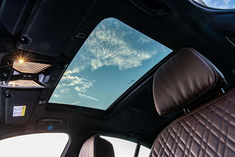 電動玻璃天窗打造明亮寬闊的車室空間。