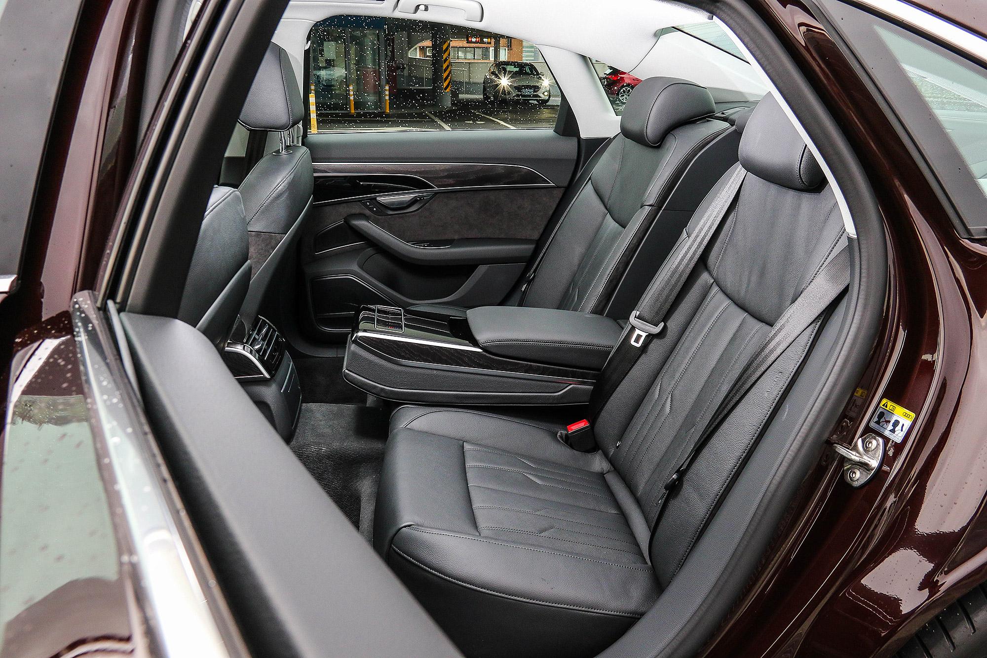 雖然是標準軸距車型,後座依然相當出色。